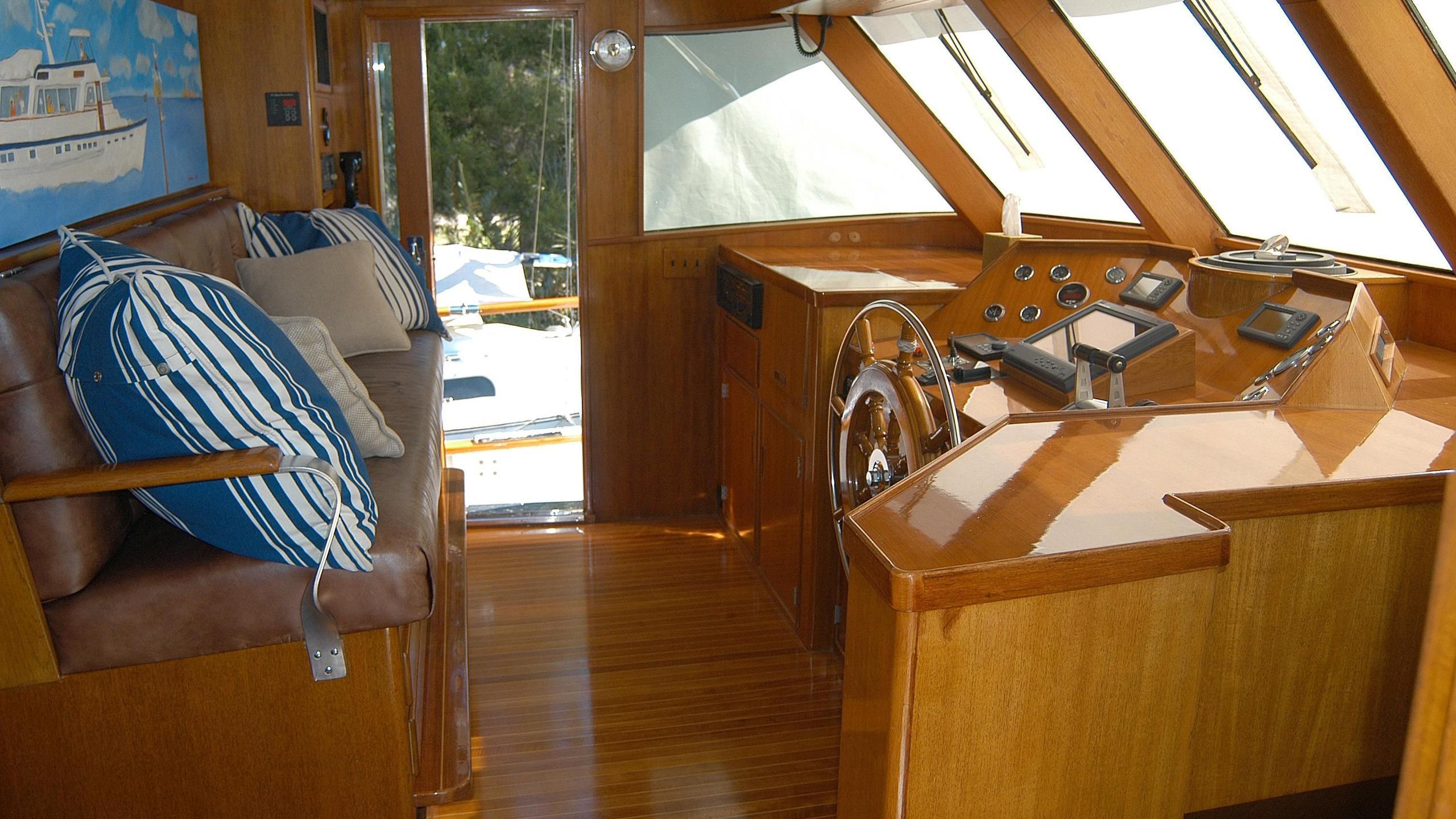 capricho-yacht-helm