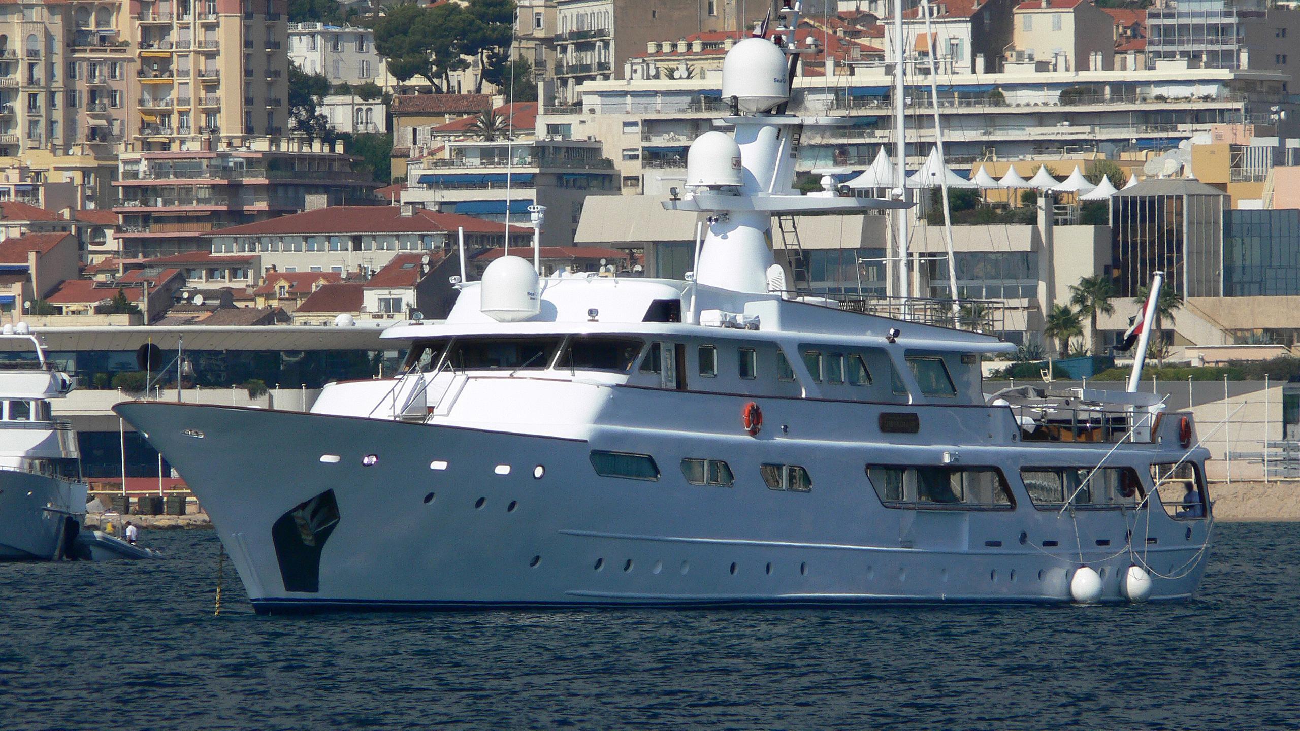 um-hurair-yacht-exterior
