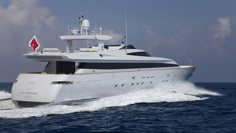 my-space-yacht-stern