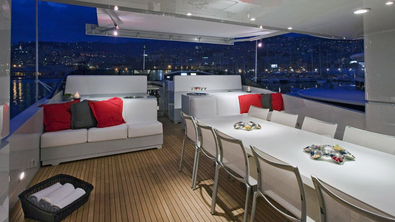 my-space-yacht-exterior-dining