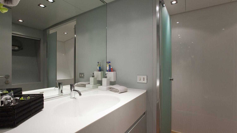 my-space-yacht-bathroom