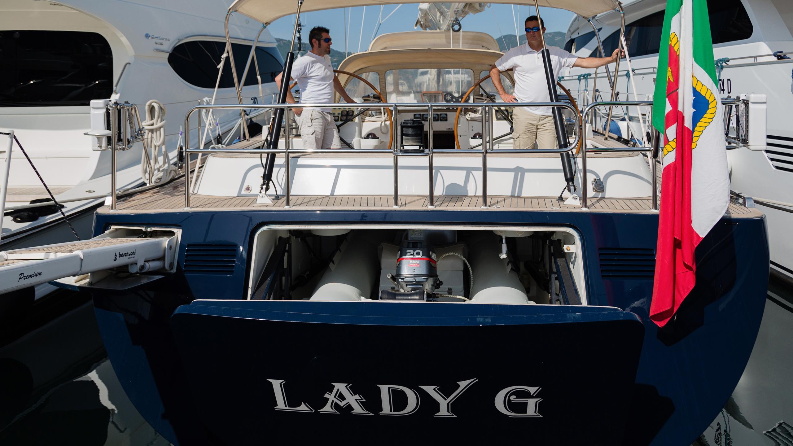 lady-g-yacht-stern