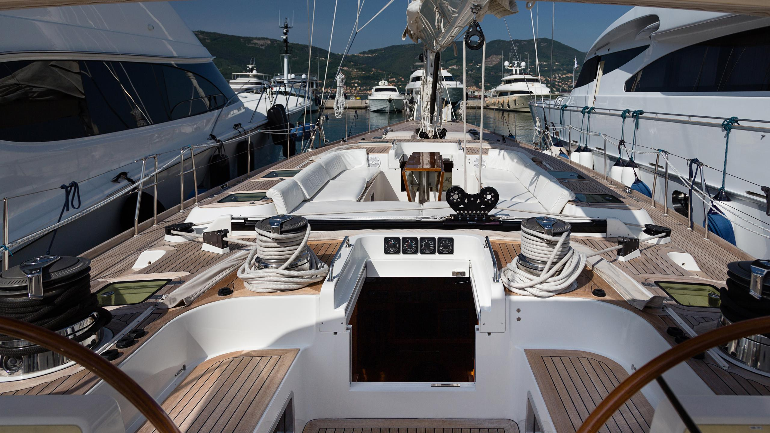 lady-g-yacht-helm