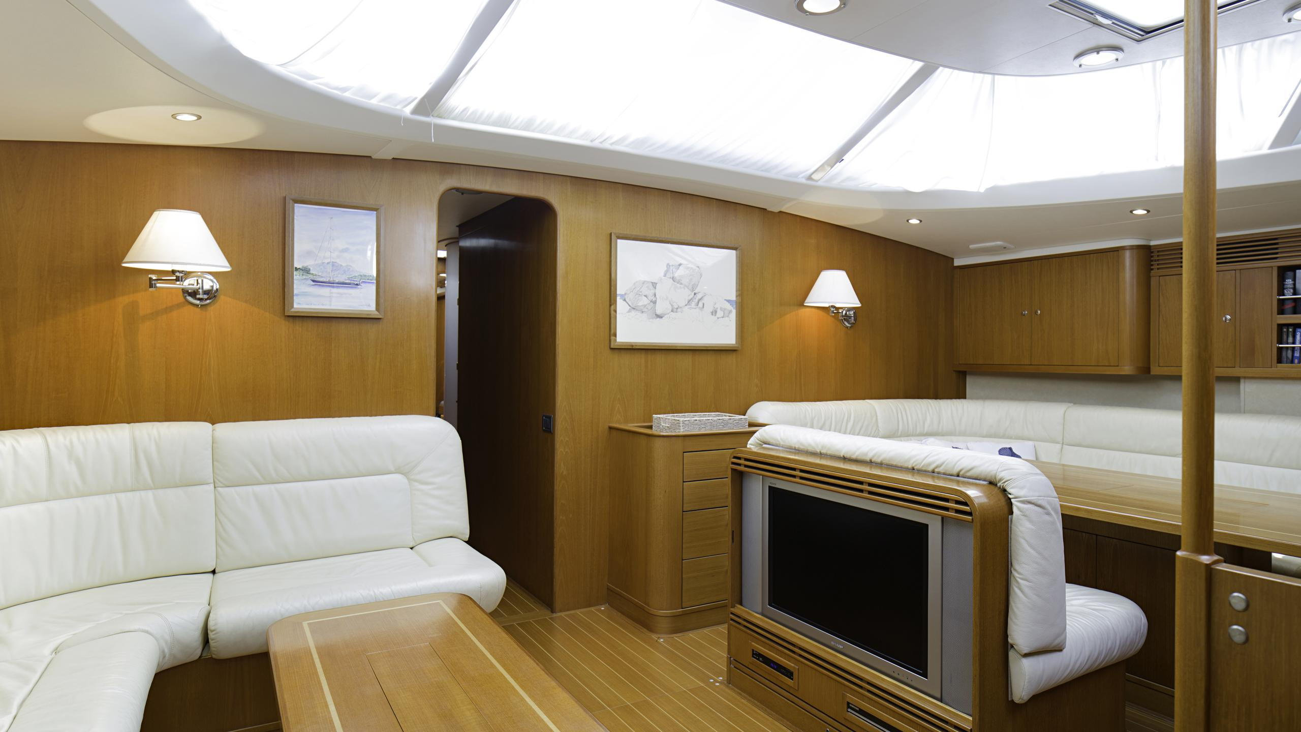 lady-g-yacht-saloon