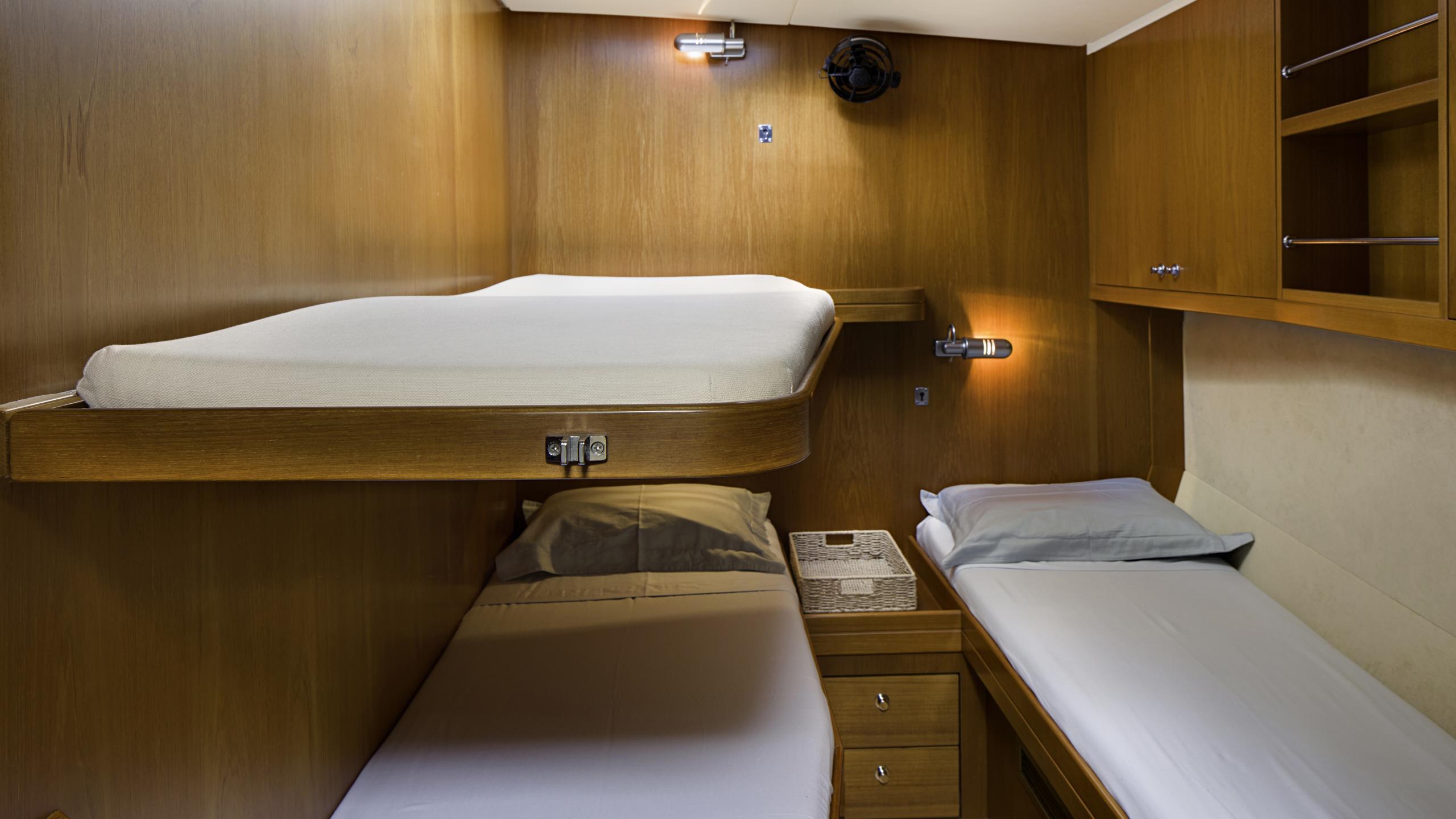 lady-g-yacht-twin-cabin