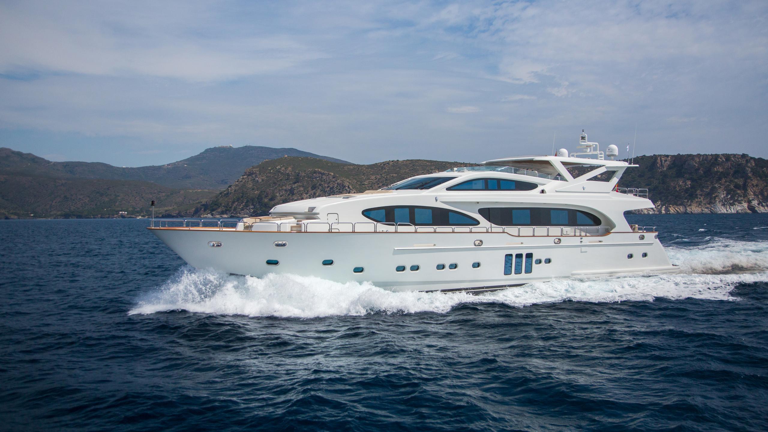 madness-yacht-cruising