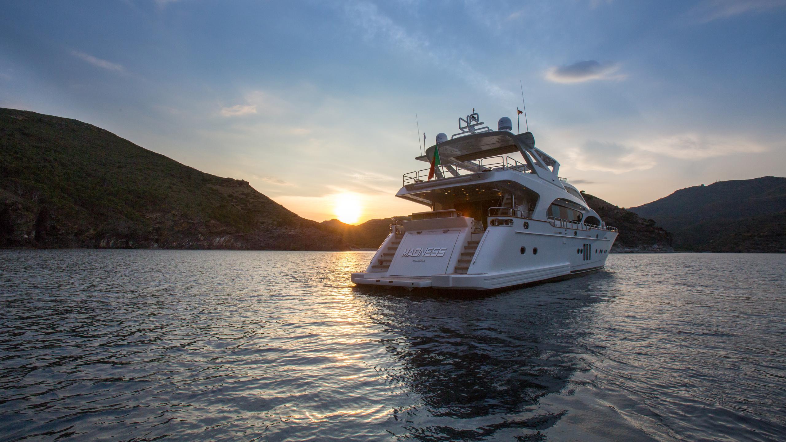 madness-yacht-stern