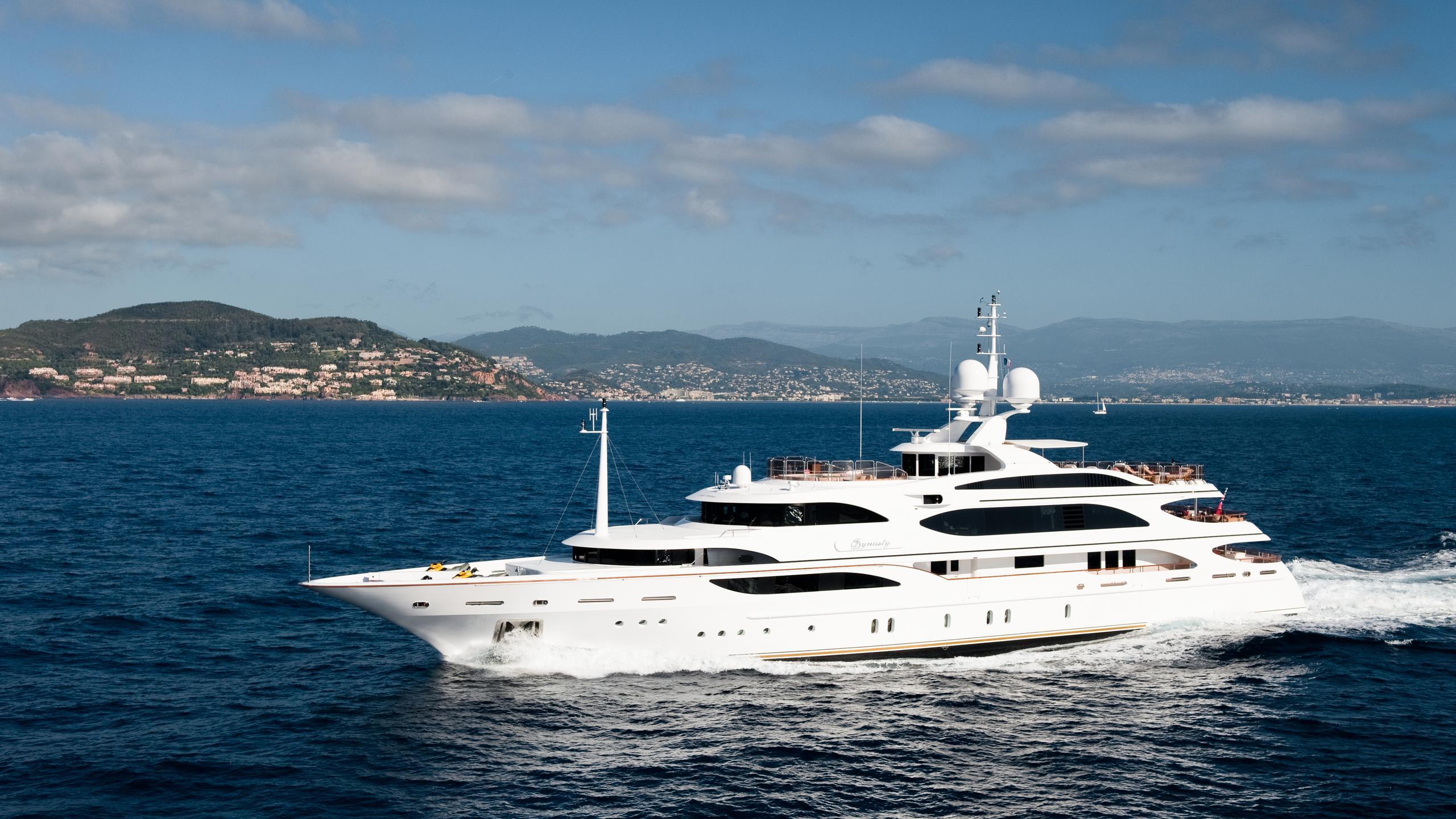 i-dynasty-yacht-cruising