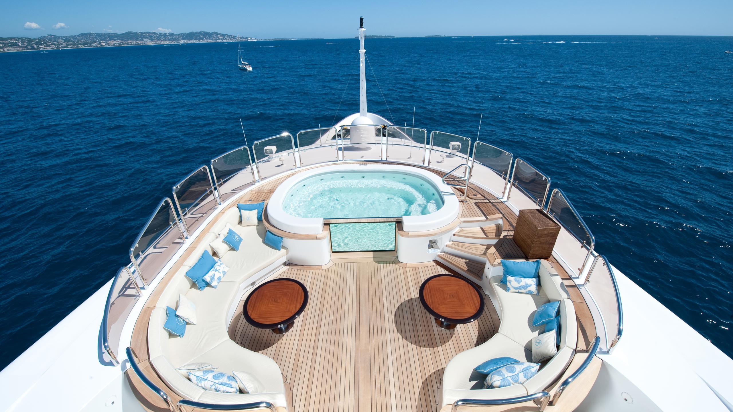 i-dynasty-yacht-hot-tub