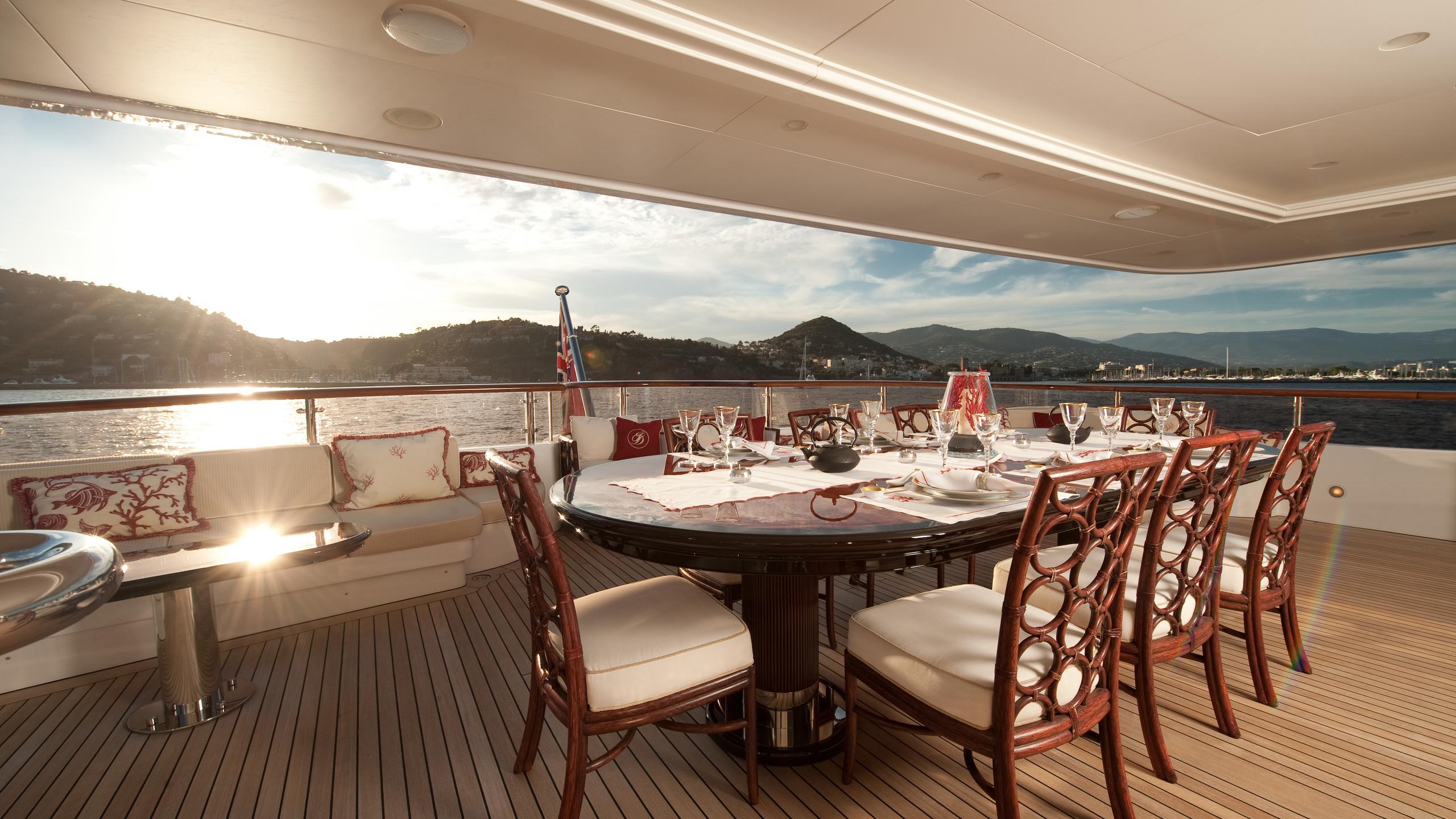 i-dynasty-yacht-aft-dining