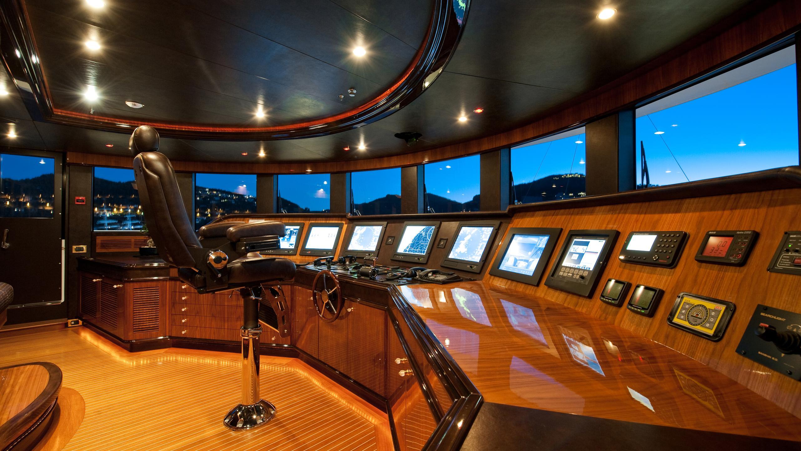 i-dynasty-yacht-helm