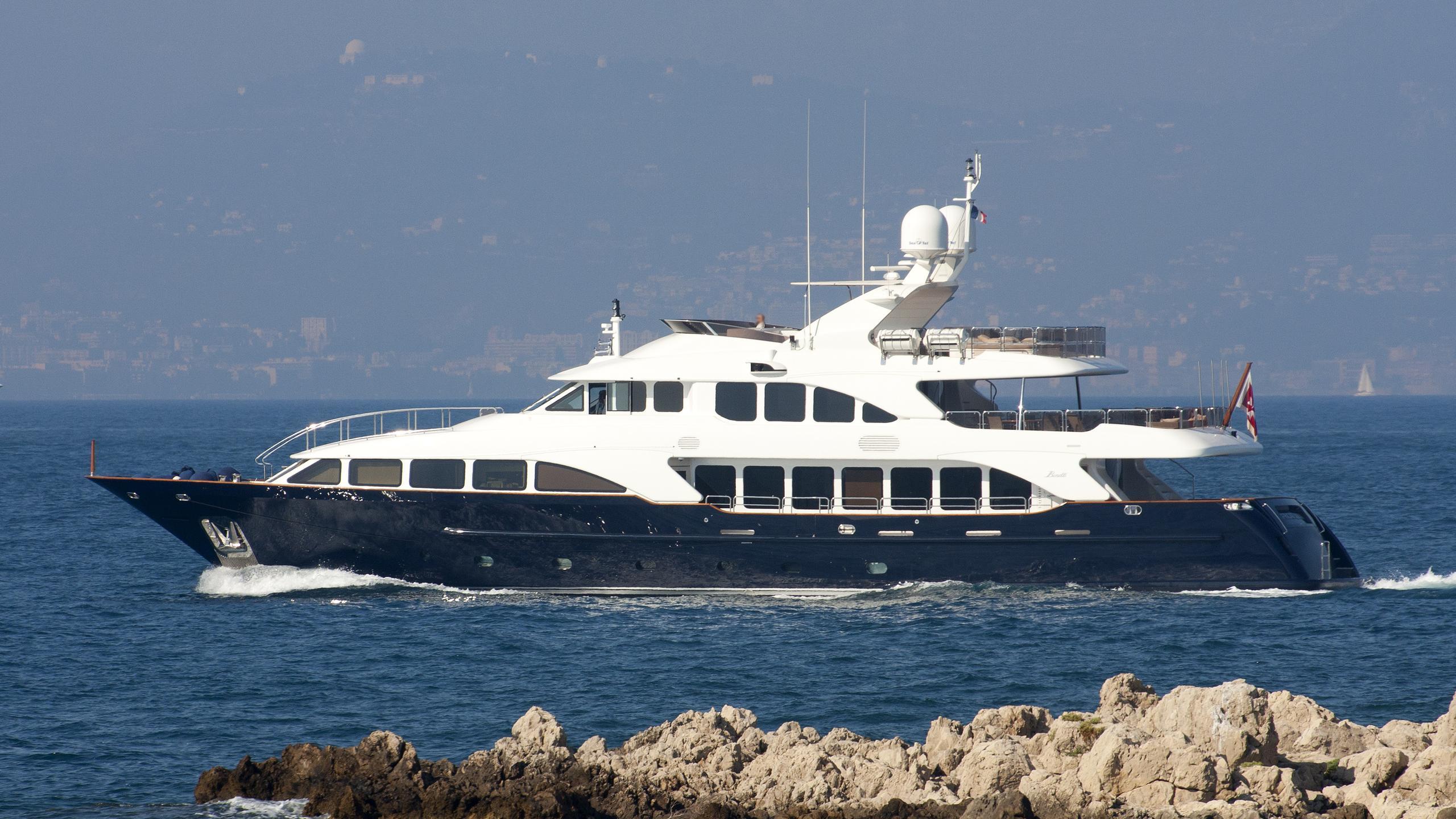 african-queen-yacht-exterior
