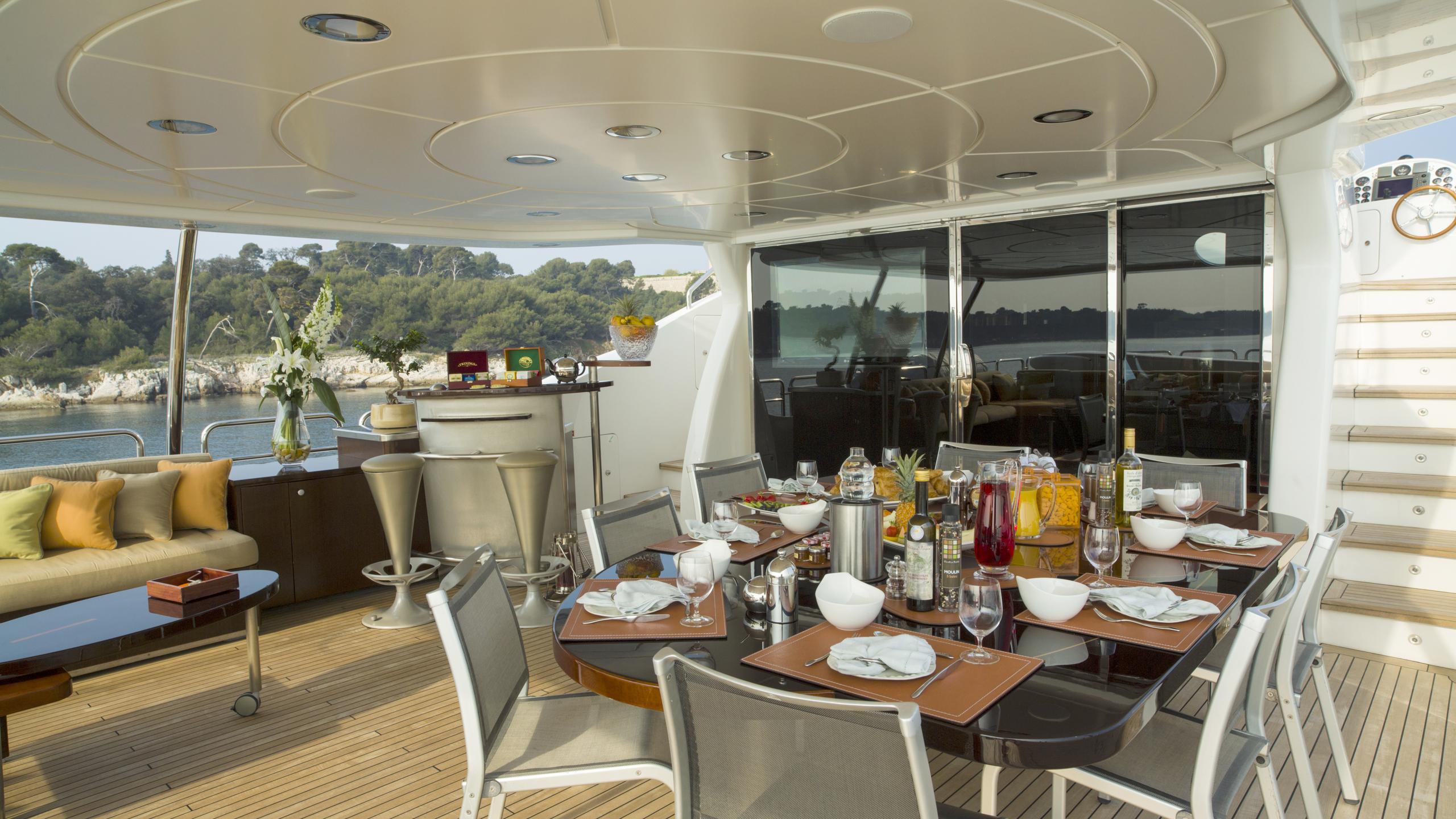quid-pro-quo-yacht-bridge-deck-dining