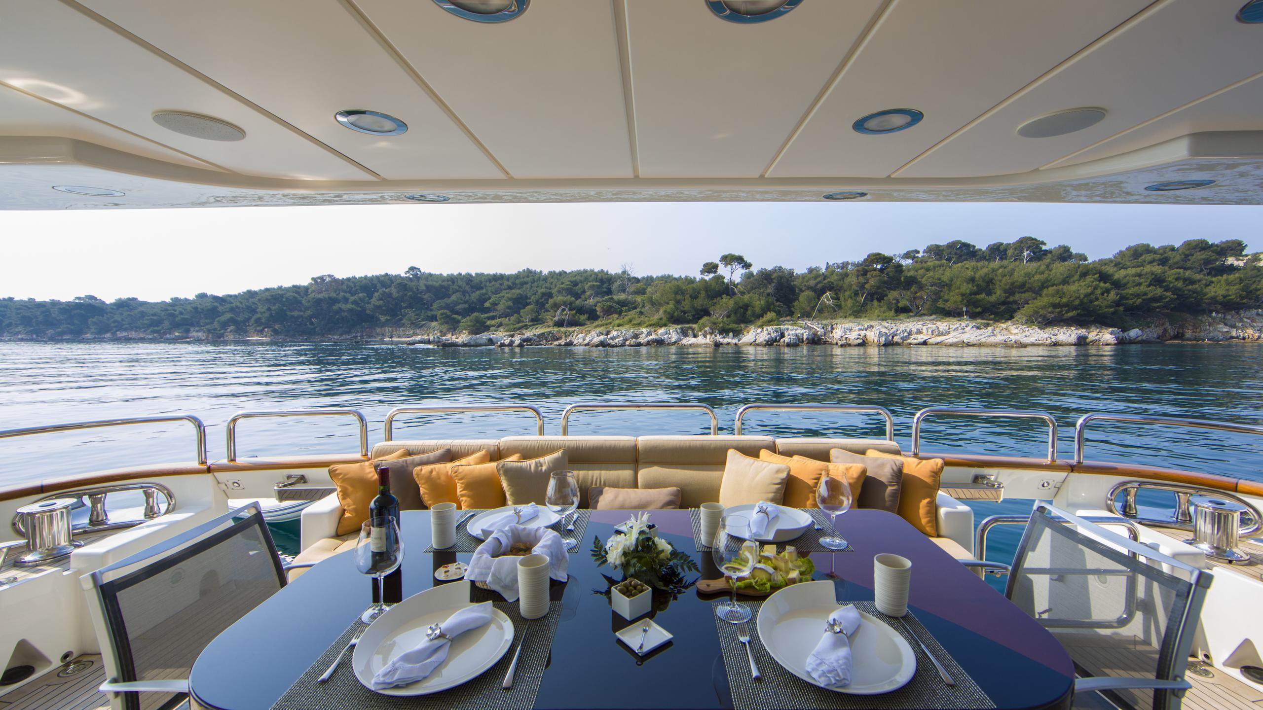 quid-pro-quo-yacht-aft-dining