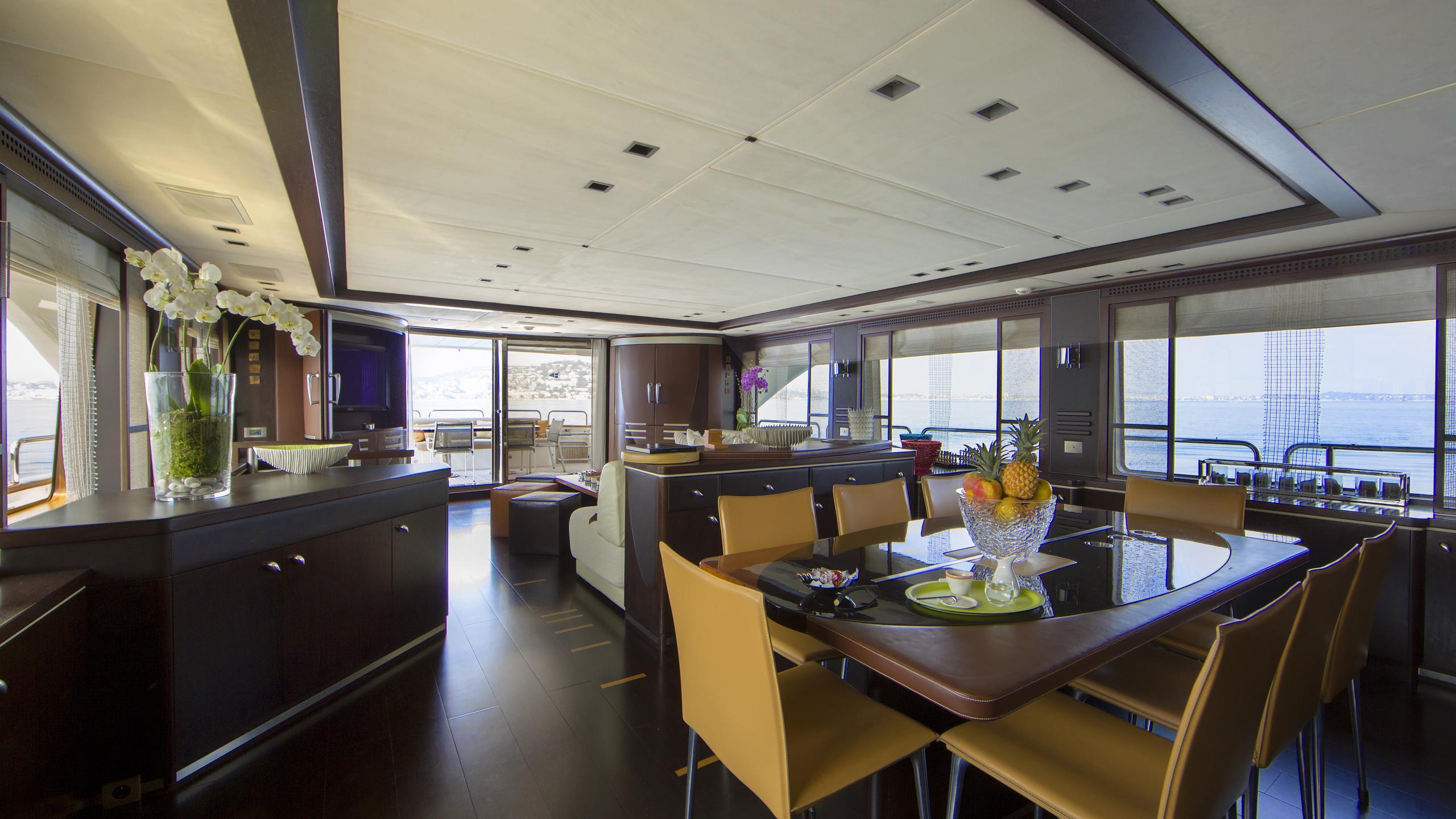 quid-pro-quo-yacht-dining