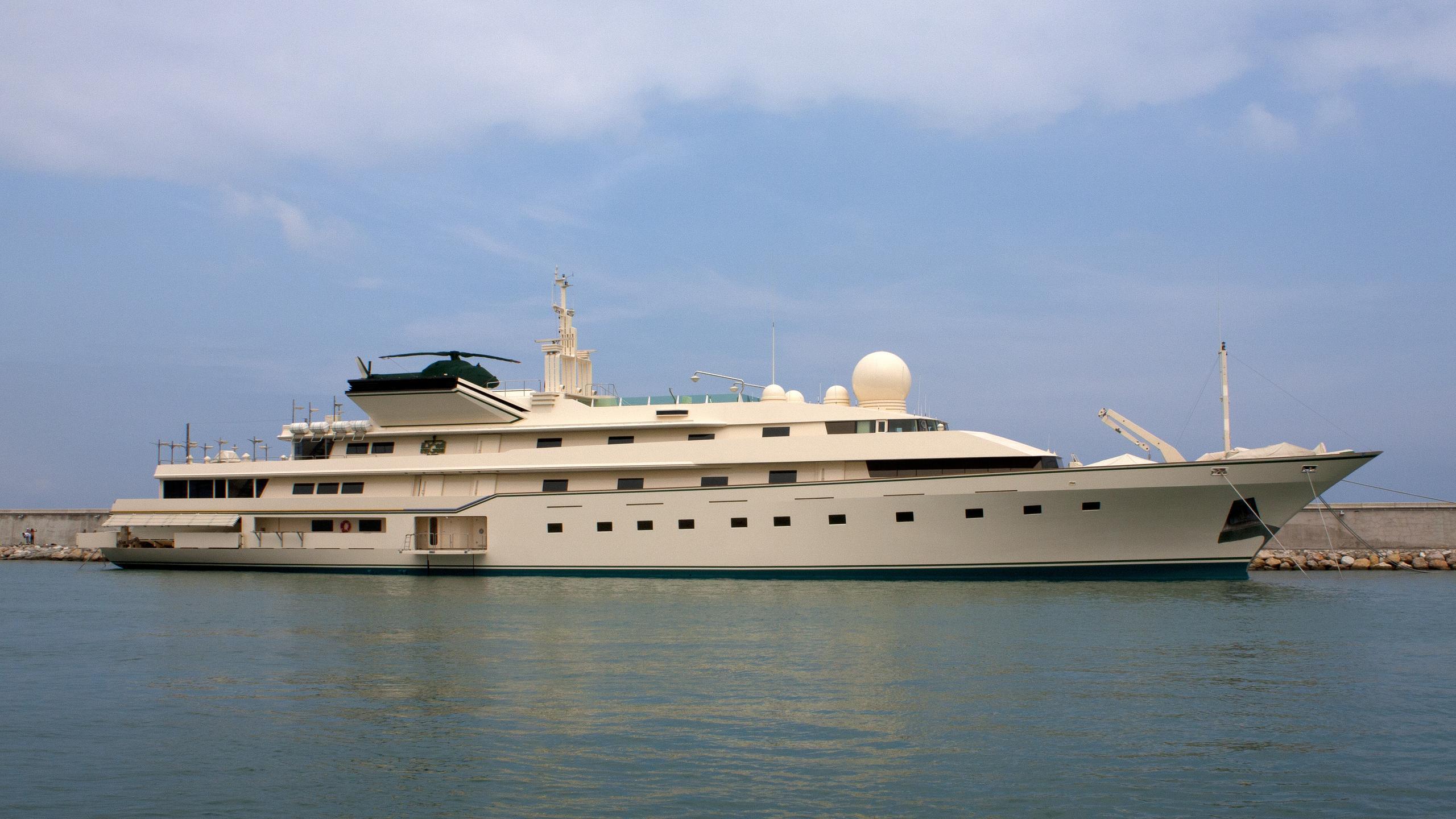 kingdom-5kr-yacht-exterior