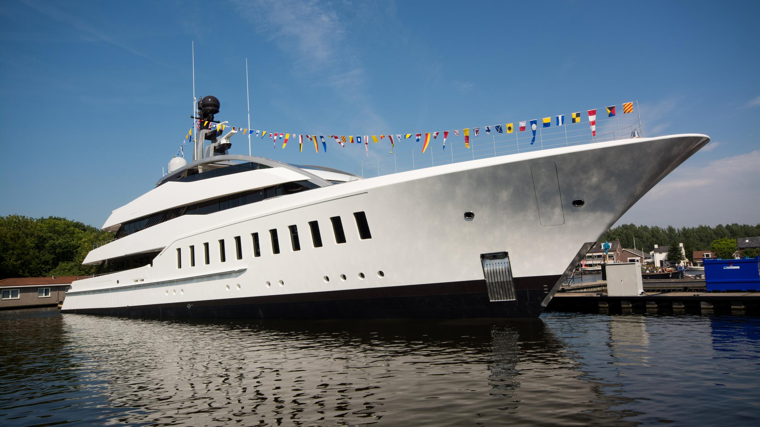 halo-yacht-exterior-launch