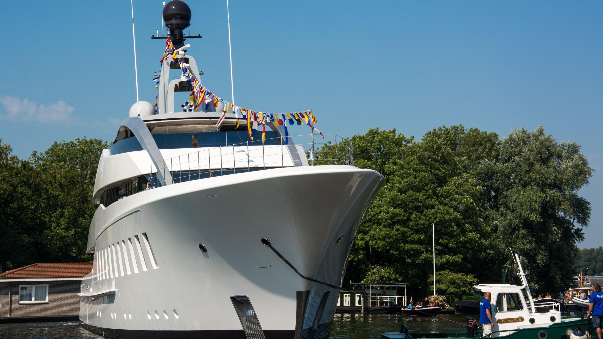 halo-yacht-exterior-bow