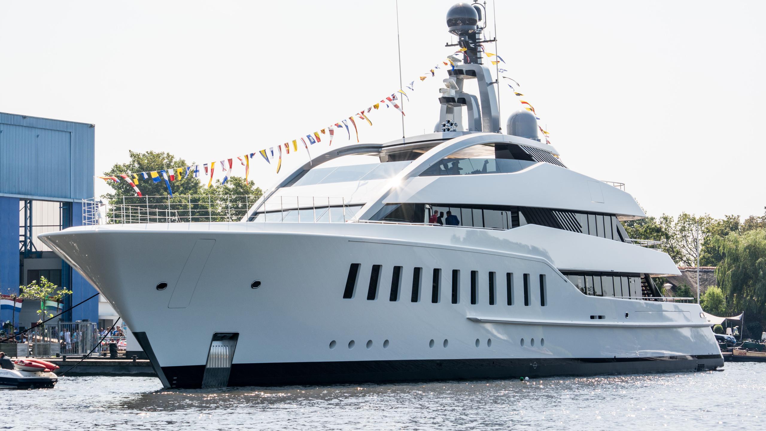 halo-yacht-exterior