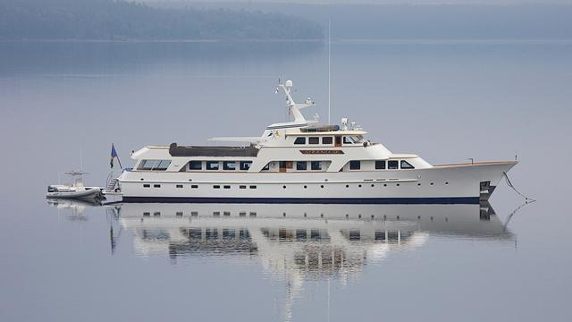 Super Yacht Sirenuse side view