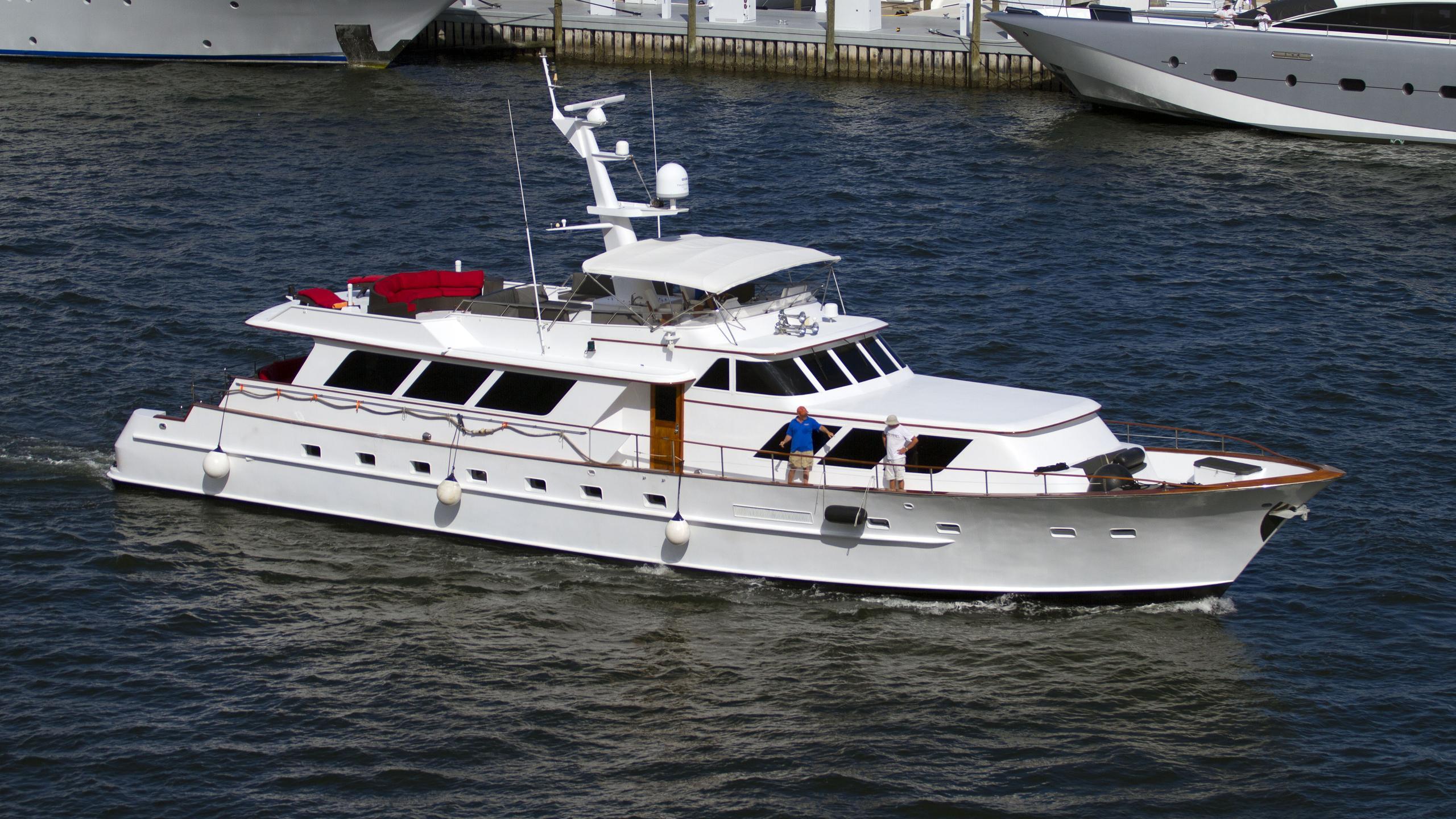 yacht-mia-exterior