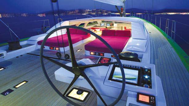 sailing-yacht-inoui-helm