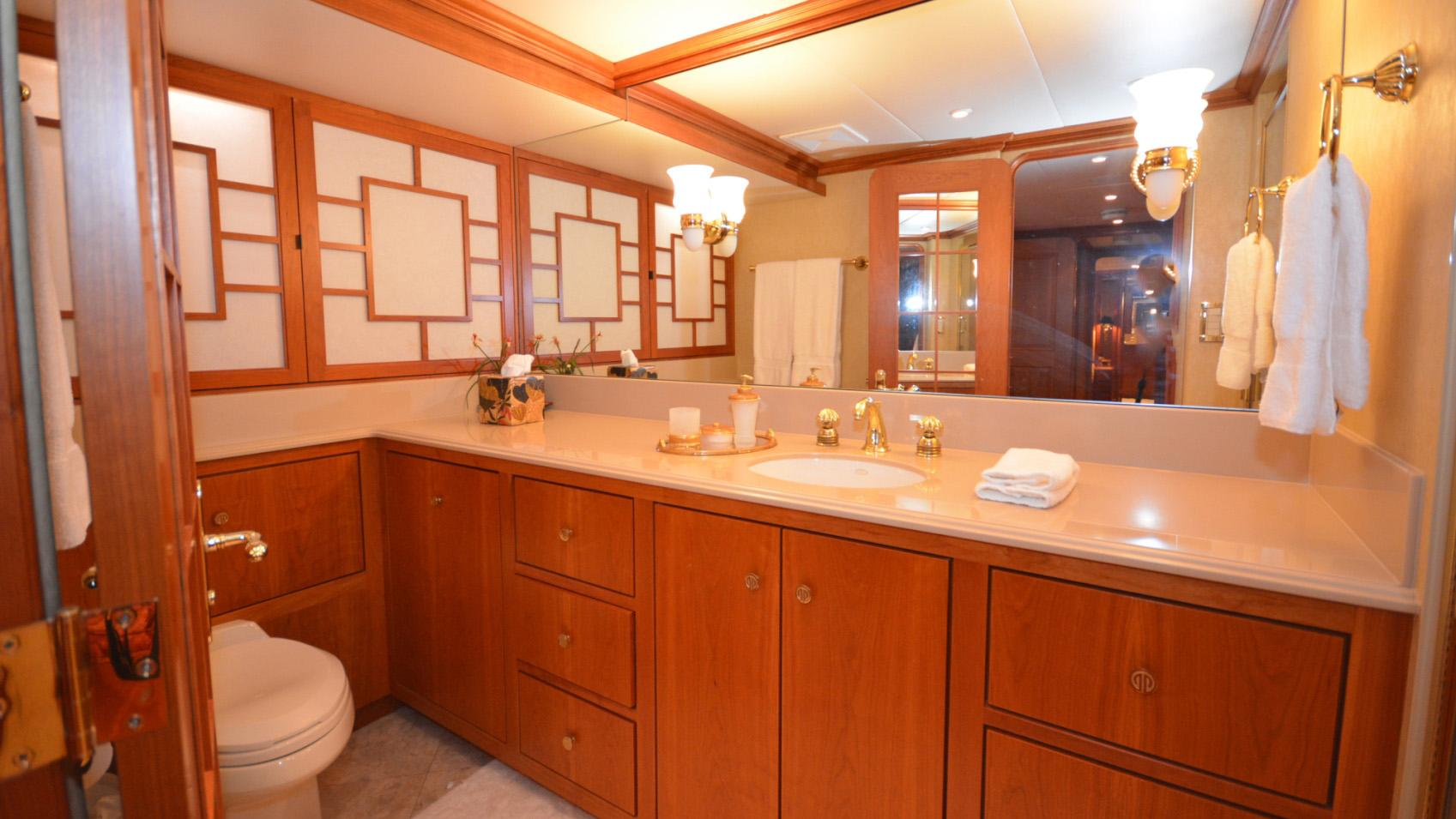 Ar De motor yacht for sale bathroom