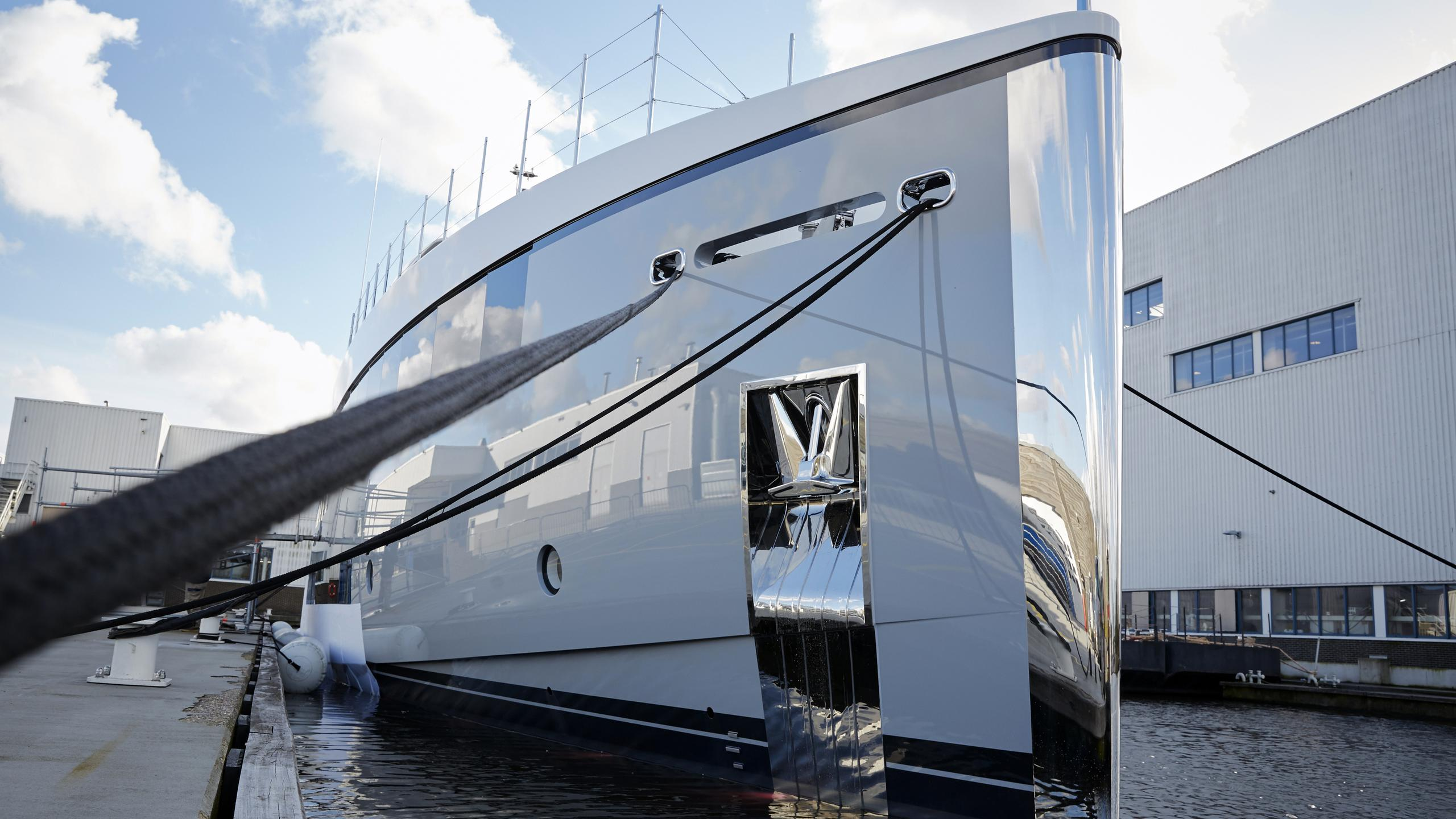 feadship-hull-692-2016-34m-de-voogt-bannenberg-rowell-yacht-bow