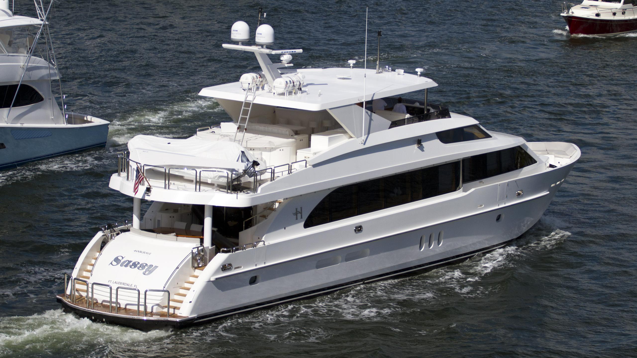 sassy-motoryacht-hargrave-101-2013-31m-stern-running