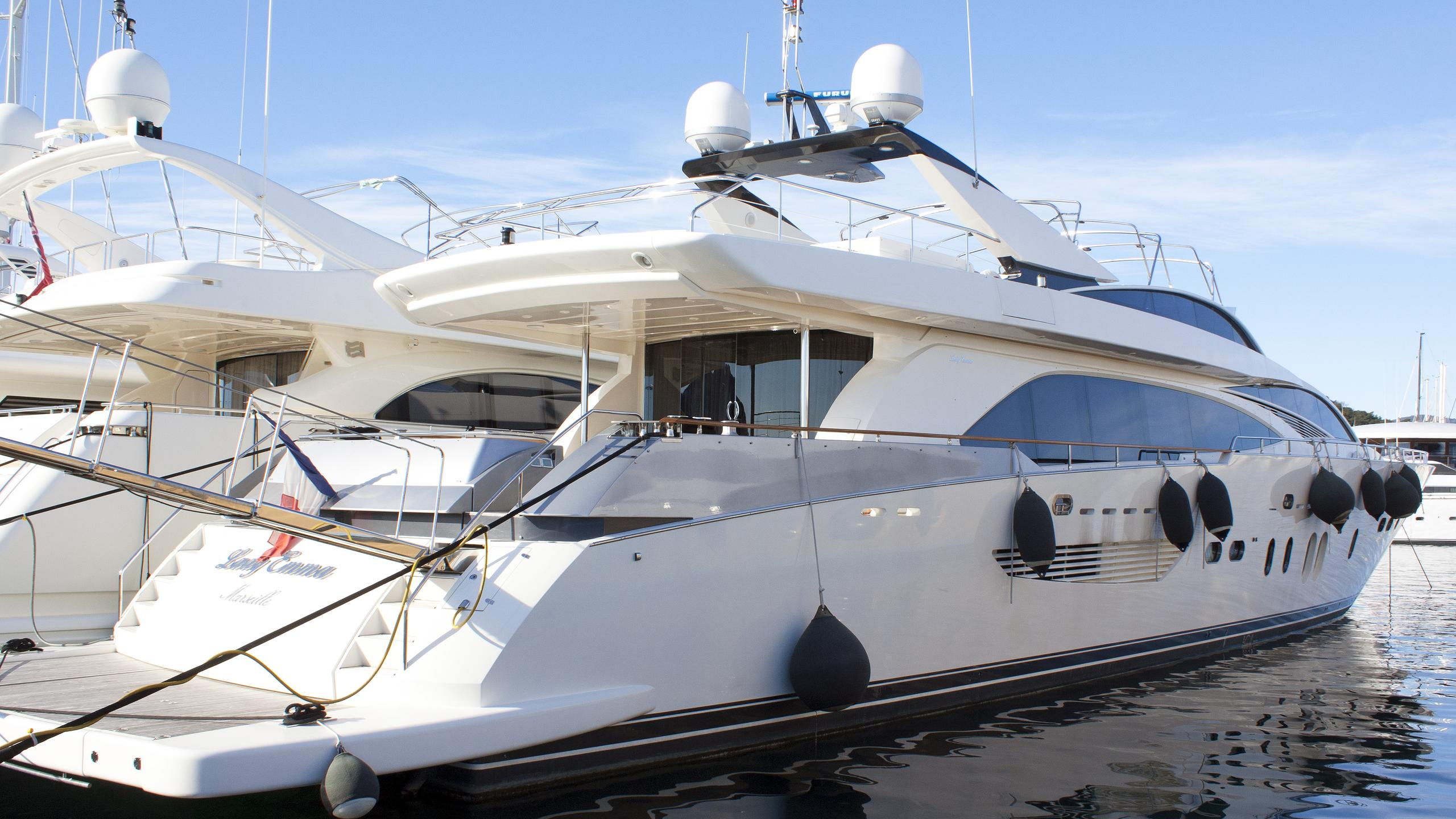 lady-emma-motor-yacht-couach-3300-Fly-2007-35m-half-profile