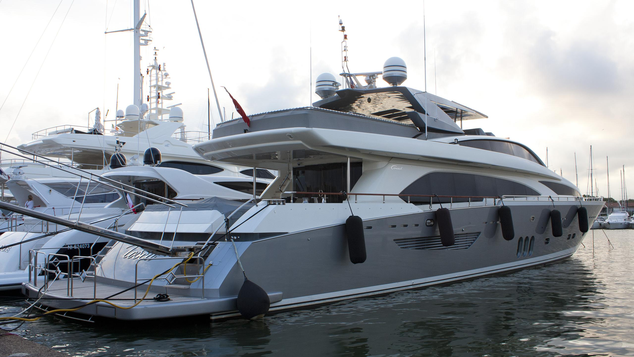 nyota-tosca-motor-yacht-couach-3700-fly-2008-37m-half-profile