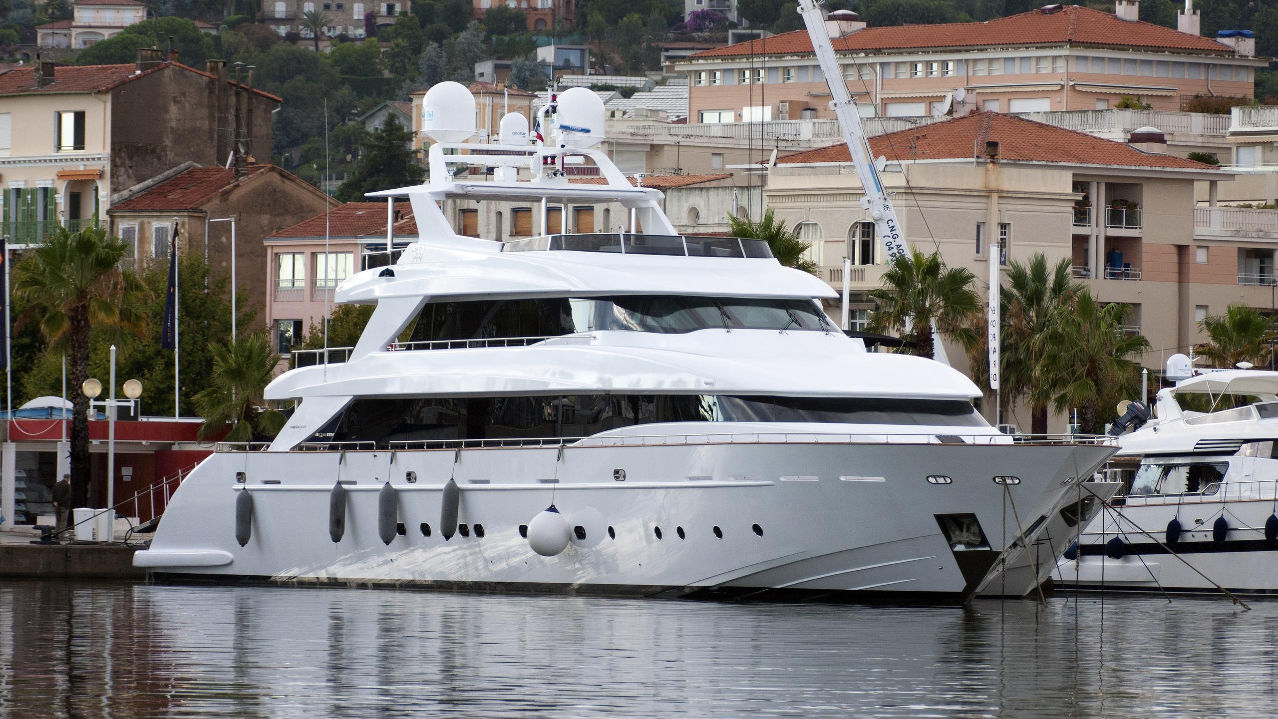 talal-motor-yacht-tecnomar-nadara-45-2010-45m-half-profile