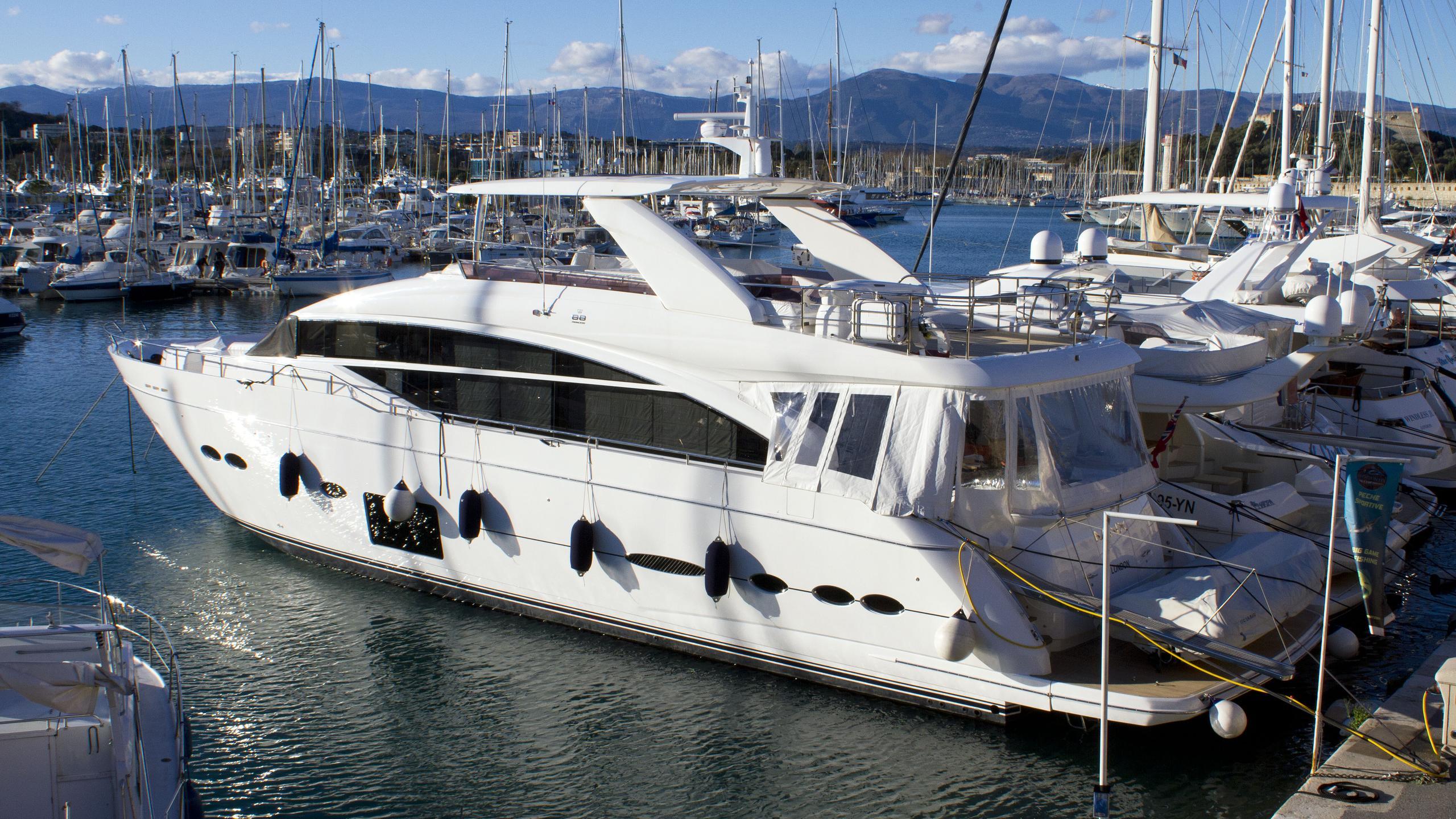 minx-motor-yacht-princess-88-2015-27m-rear-profile