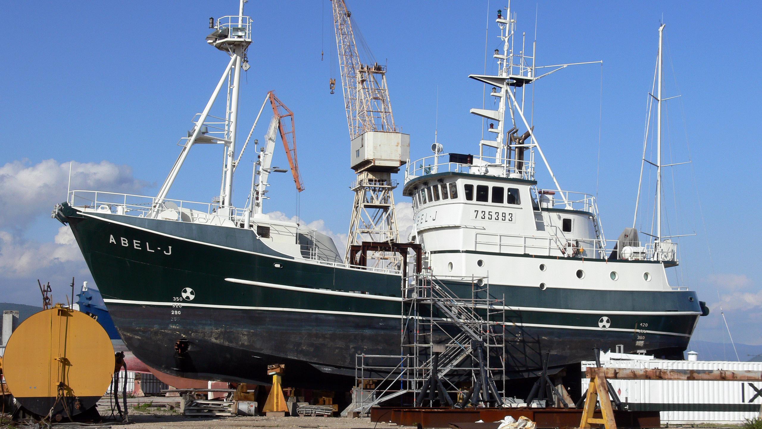 abel-j-explorer-yacht-goudy-stevens-1989-32m-dock