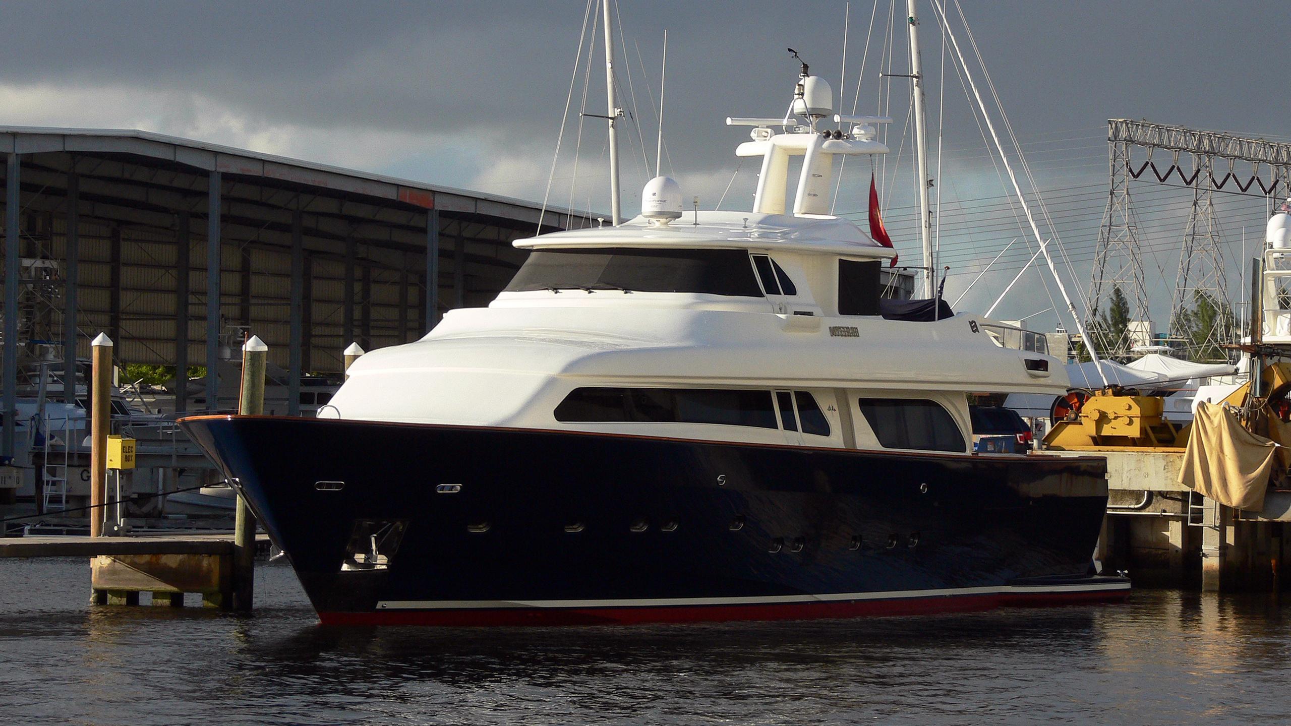 myeerah-motor-yacht-ferretti-navetta-27-2000-27m-half-profile