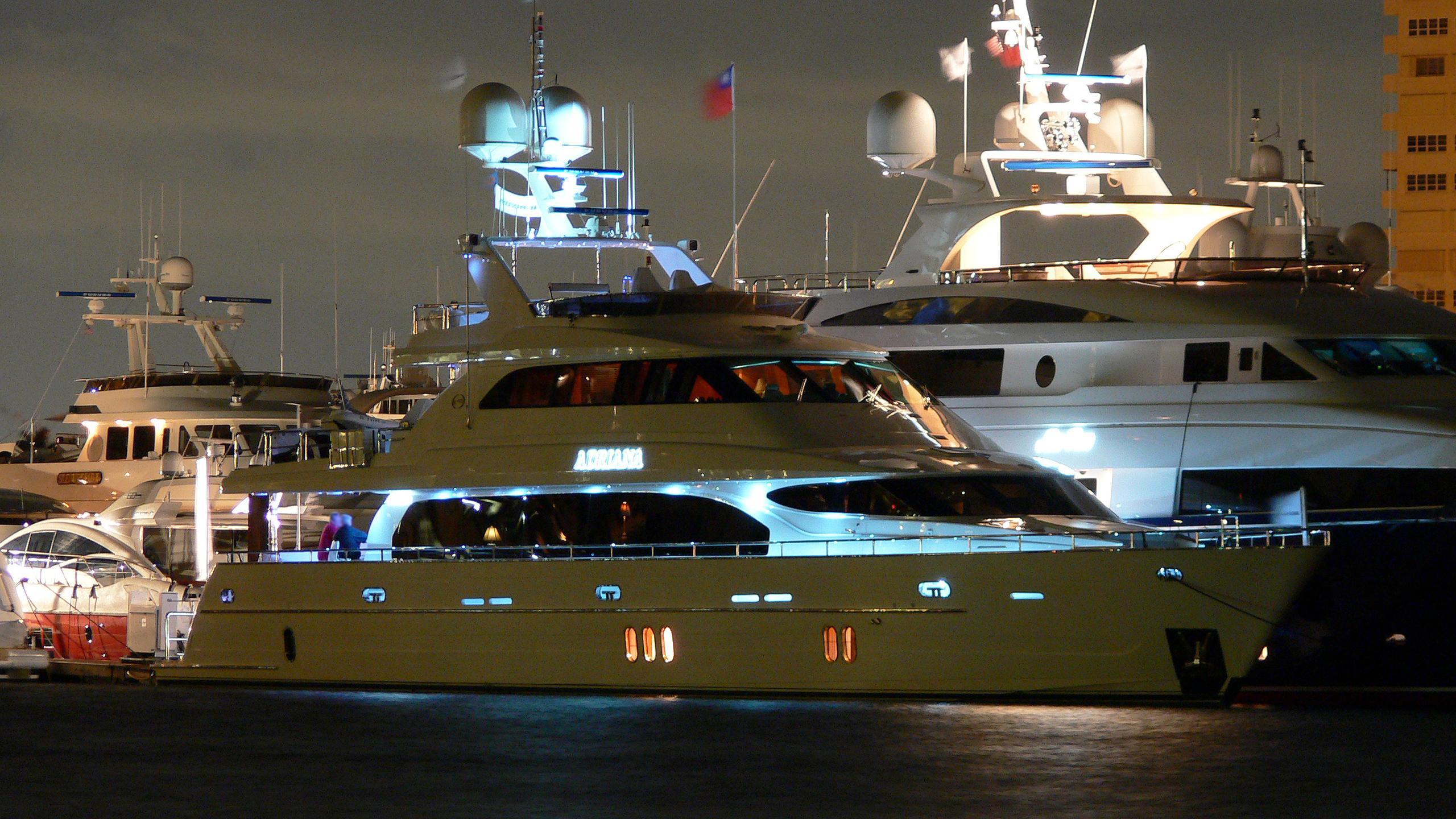 el-mirar-ii-motor-yacht-hroizon-107-2008-34m-illuminated-at-night