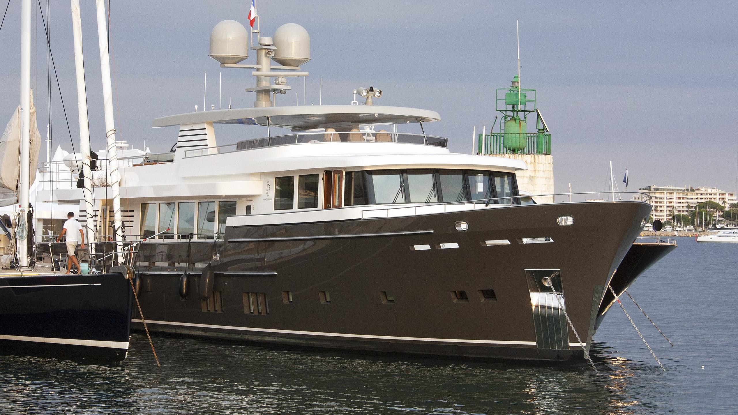 santa-maria-t-motor-yacht-van-der-valk-continental-trawler-2015-37m-bow