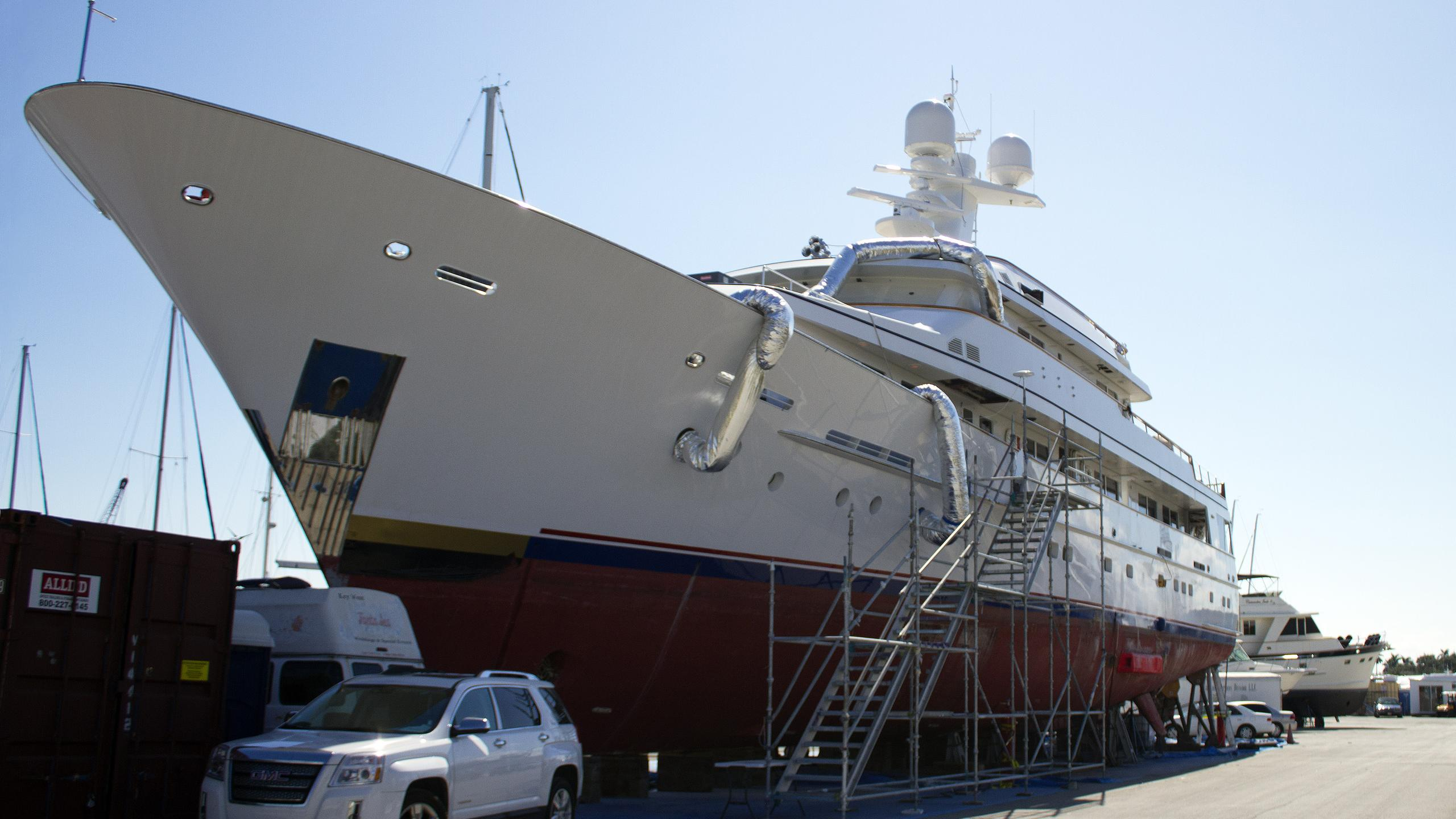 endless-summer-motor-yacht-feadship-1991-46m-profile-bow