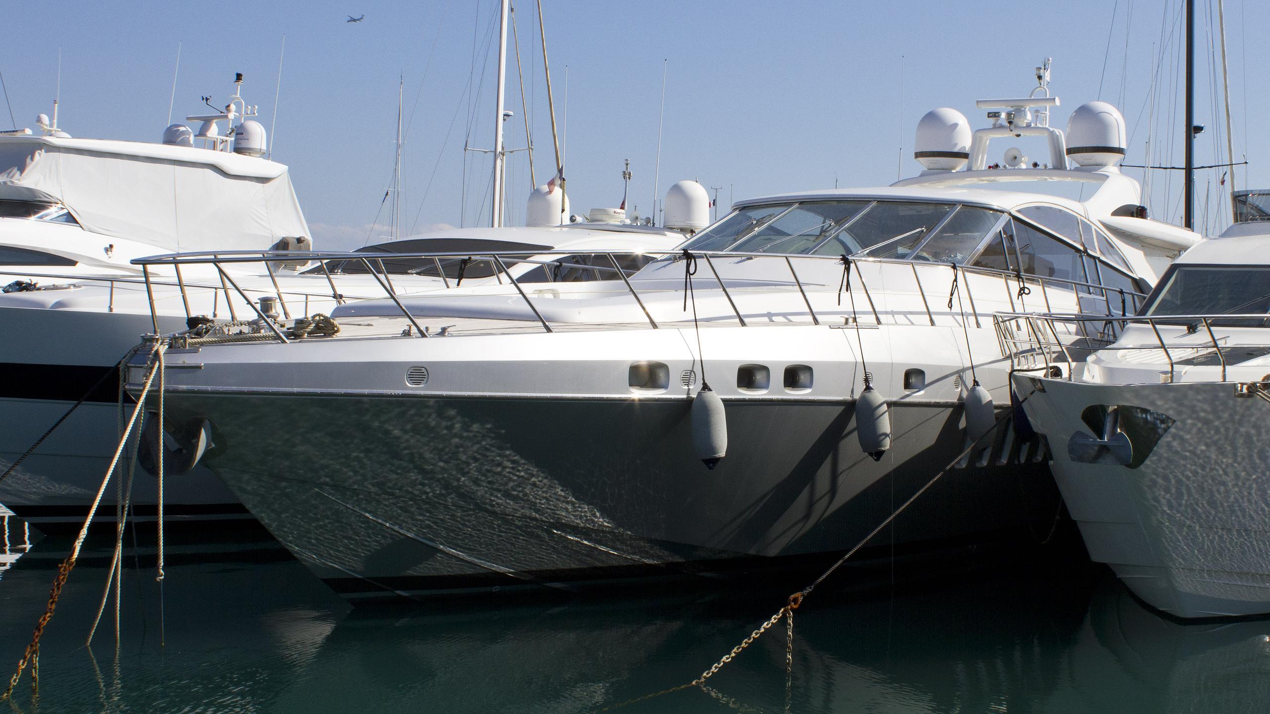 silver-sky-motor-yacht-overmarine-mangusta-80-ipen-ht-2006-25m-bow-profile