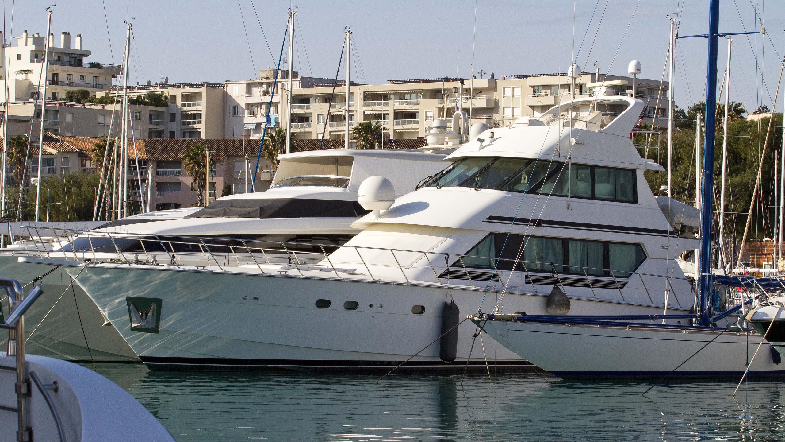 anteva-3-motor-yacht-hatteras-82-convertible-1992-25m-front-profile