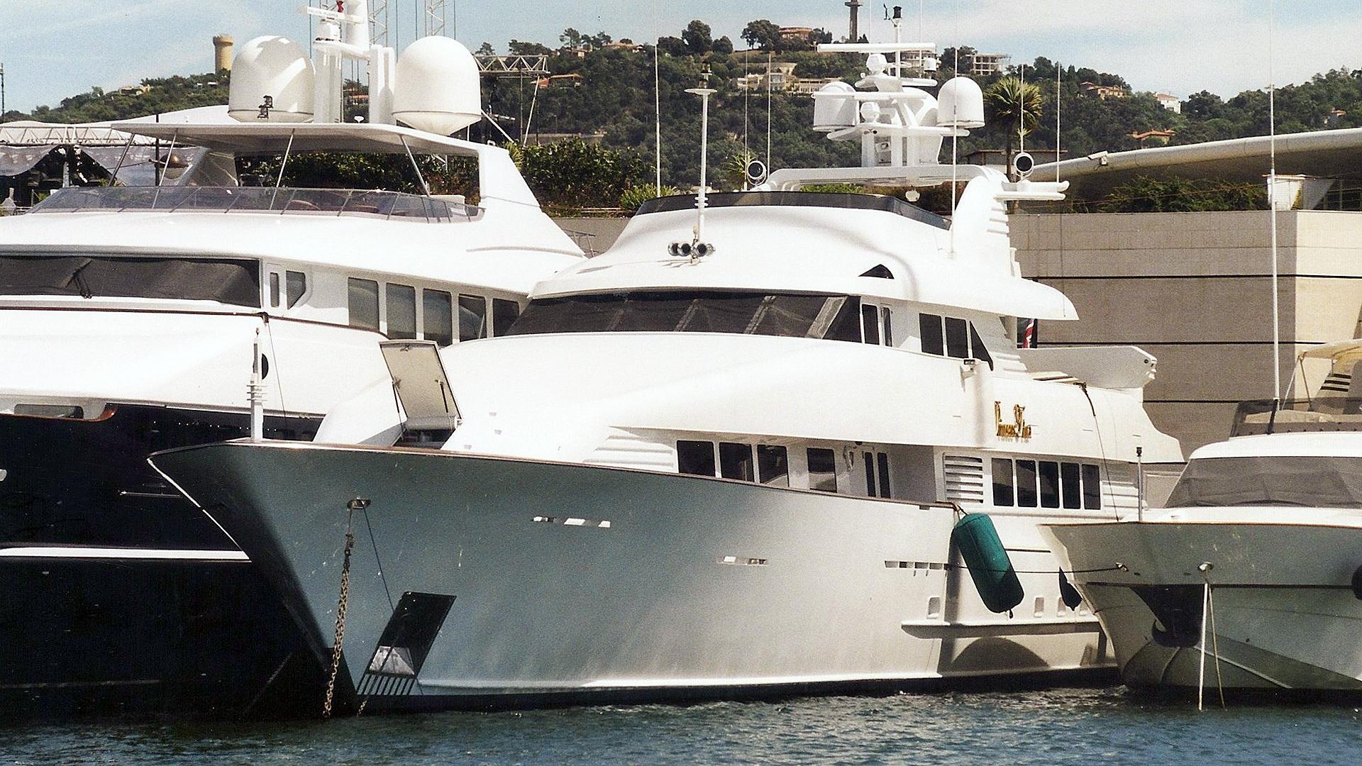 a-and-i-motor-yacht-broward-marine-1991-40m-bow