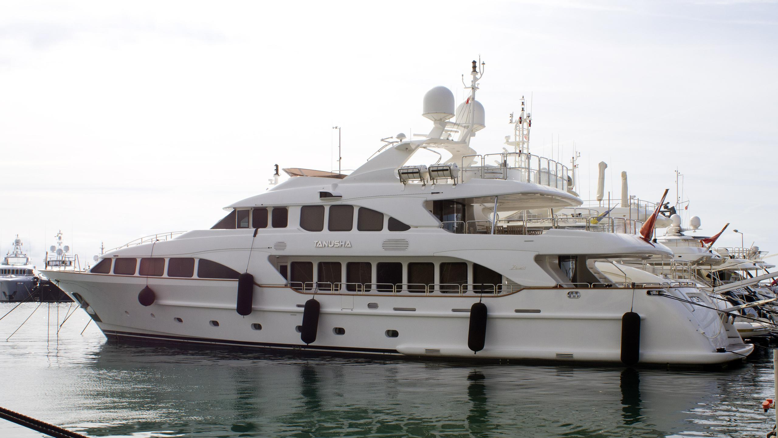 tanusha-motor-yacht-benetti-classic-120-2010-37m-half-profile