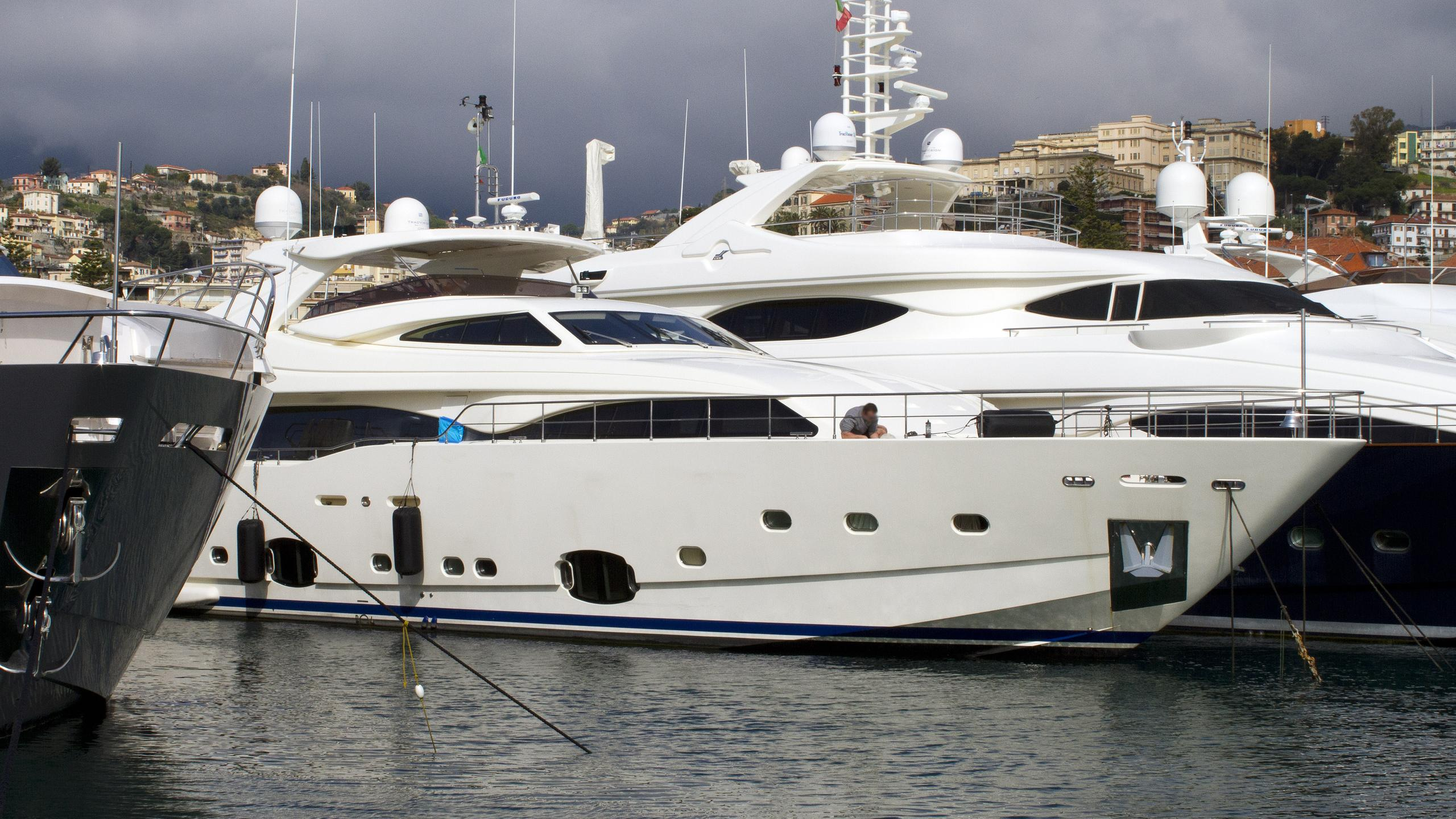 robusto-motor-yacht-ferretti-custom-line-2009-34m-moored