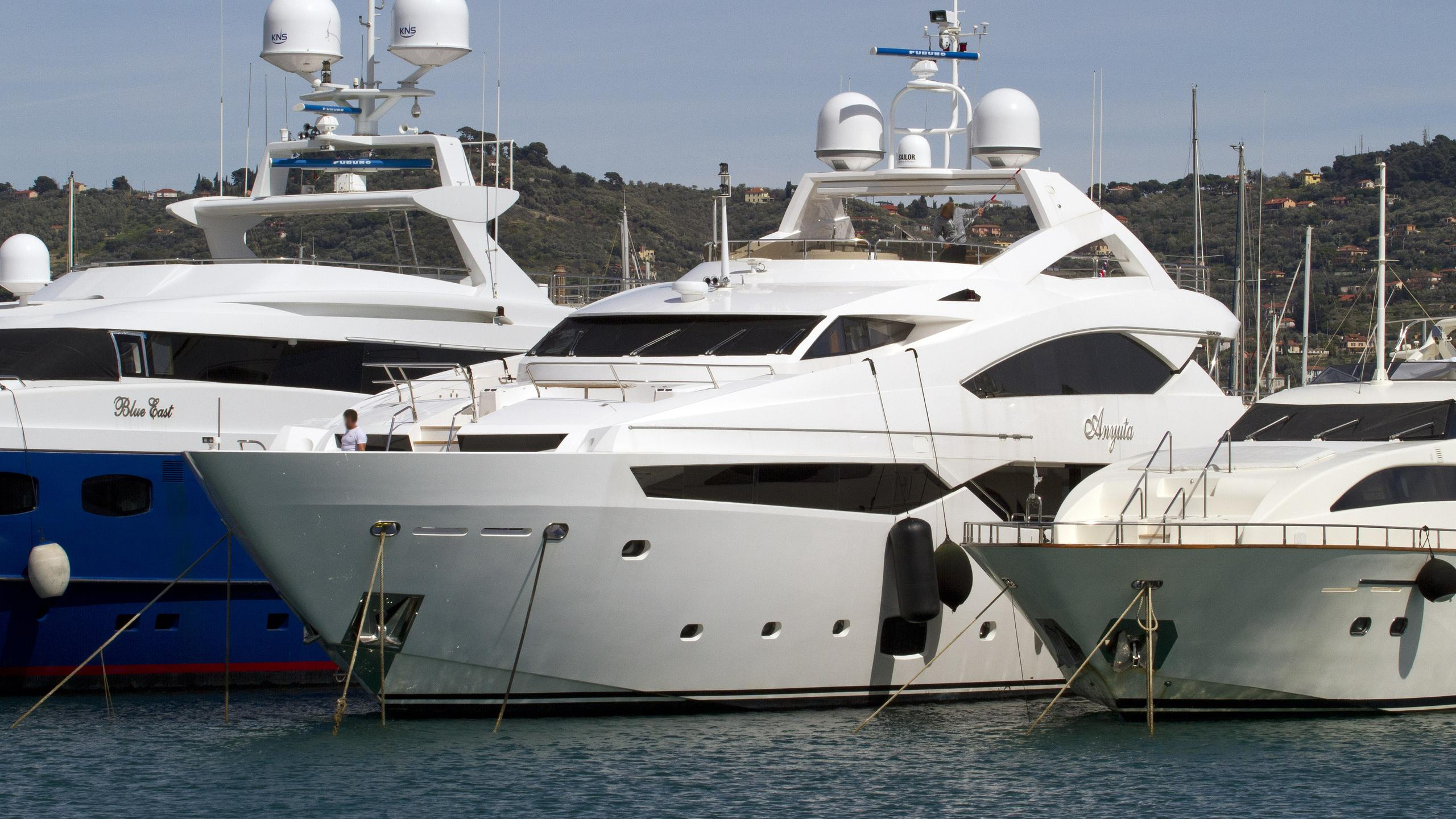 anyuta-motor-yacht-sunseeker-40m-2014-moored