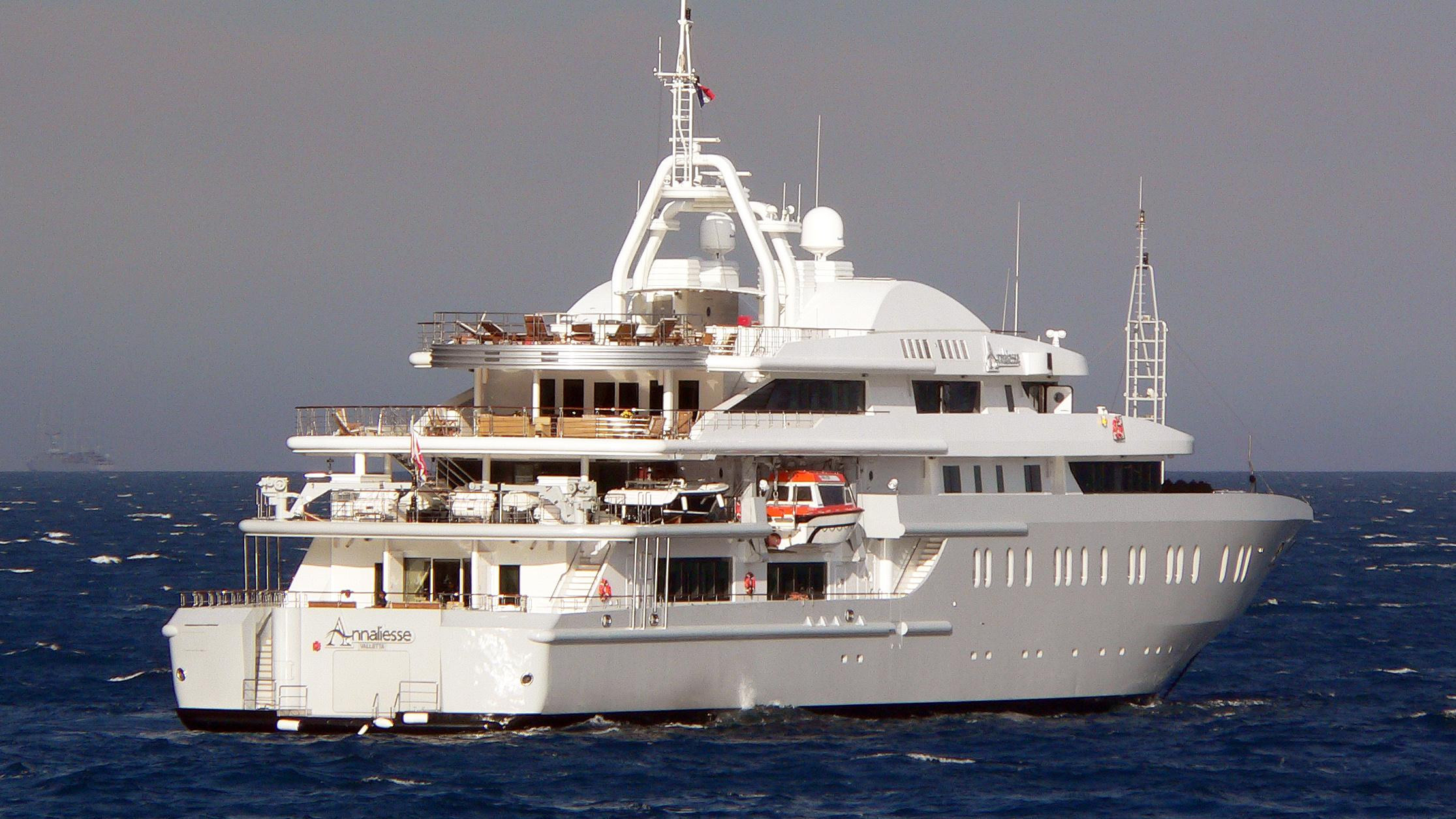 queen-miri-motor-yacht-neorion-2004-91m-stern-before-refit