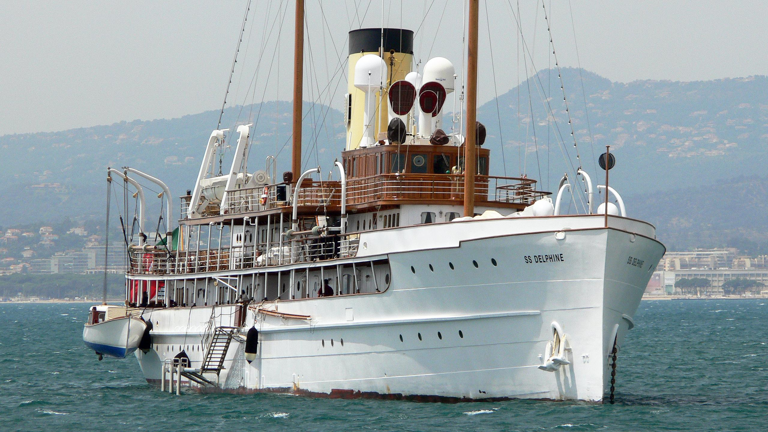 delphine-motor-yacht-1921-great-lakes-ew-79m-bow
