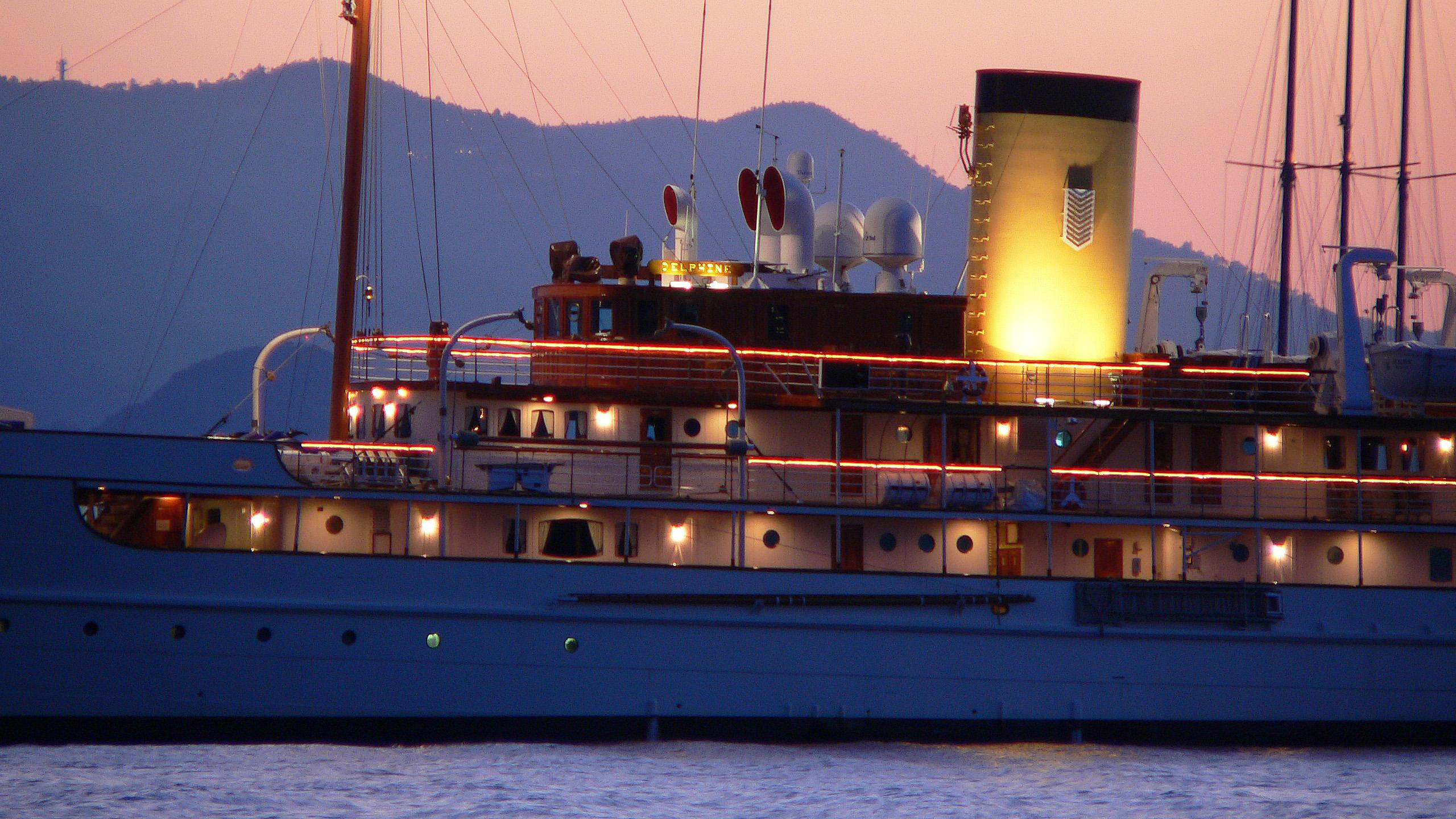delphine-motor-yacht-1921-great-lakes-ew-79m-details-by-night