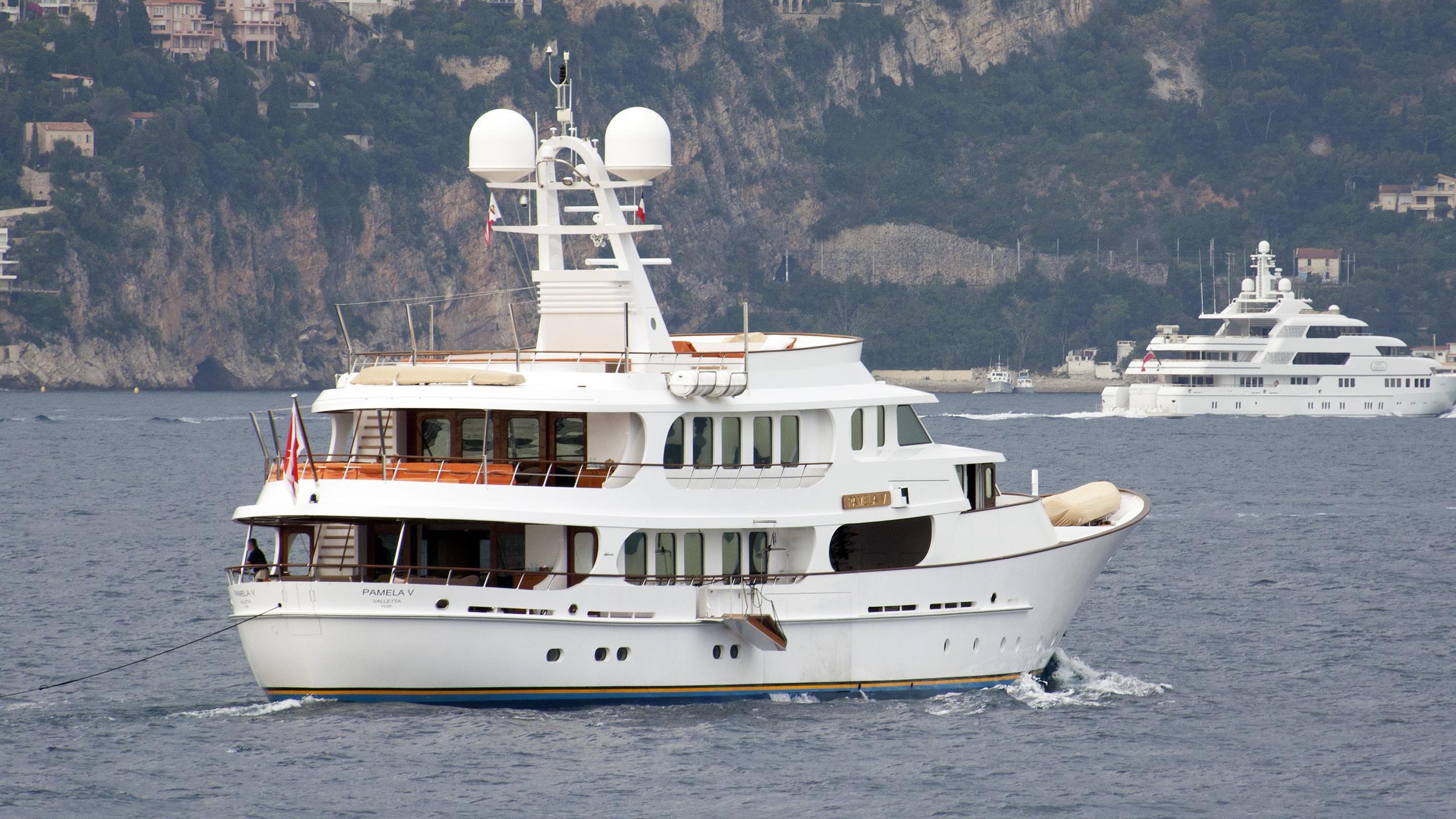 pamela-v-motor-yacht-hakvoort-2011-45m-stern