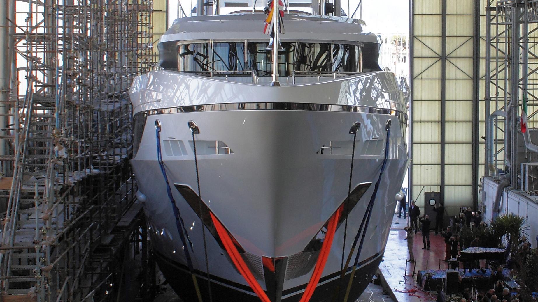 domani-motor-yacht-benetti-2016-42m-bow-launch