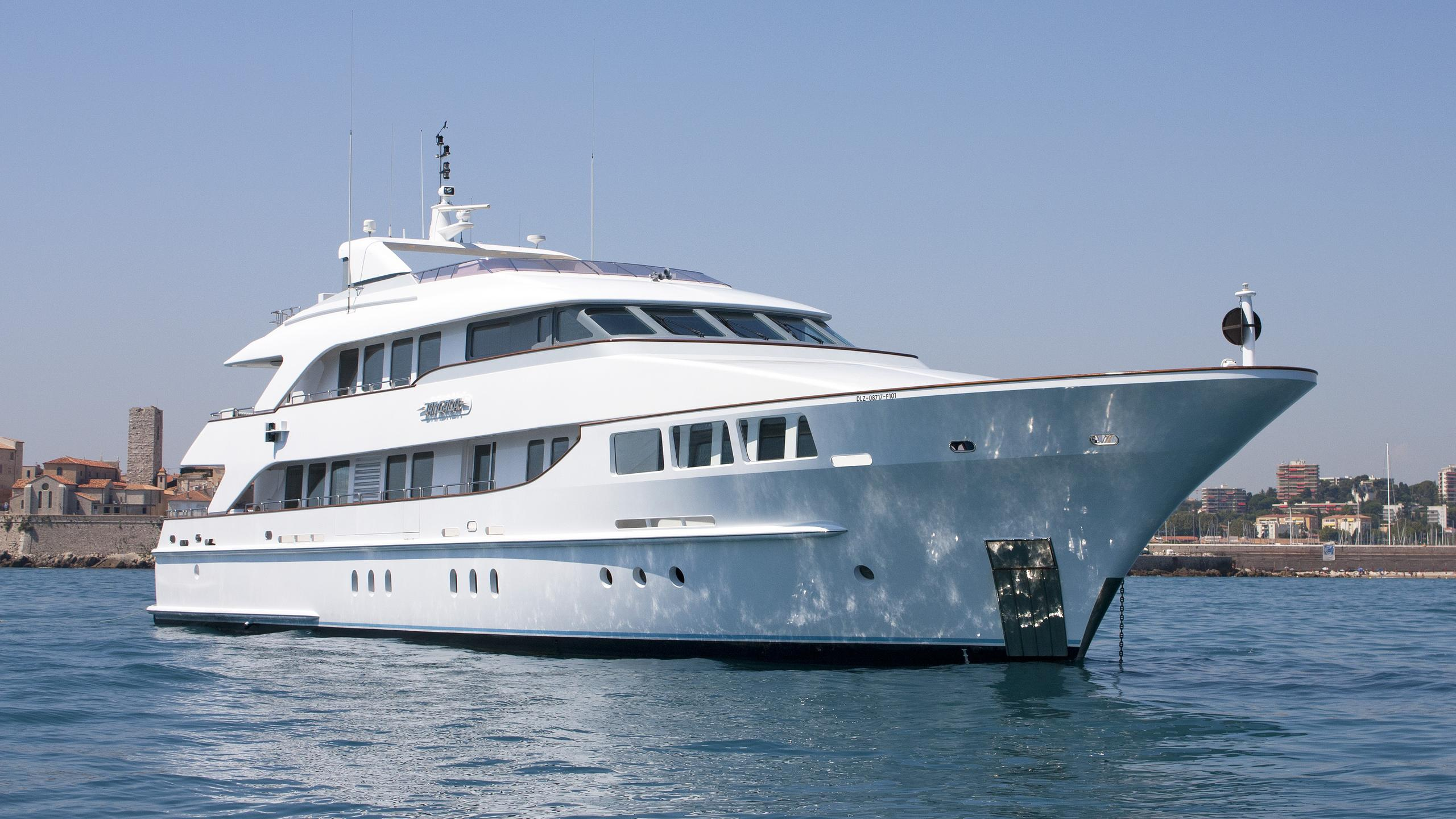happy-t-little-fish-motor-yacht-heesen-half-profile